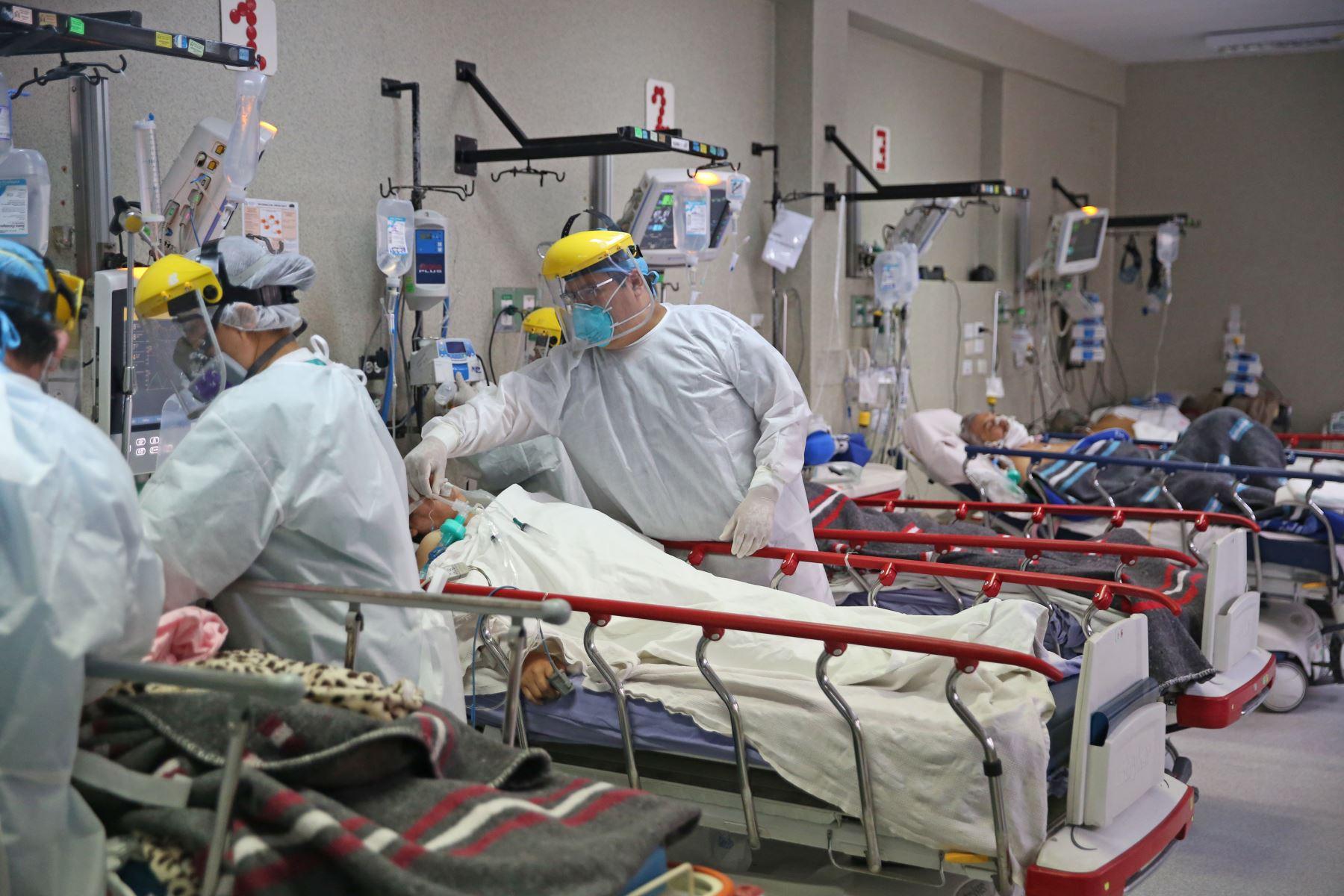 EL Minsa informó que 14,976 pacientes están hospitalizados por covid-19 y de ellos 2,591 se encuentran en UCI con ventilación mecánica. Foto: ANDINA/Jhonel Rodríguez Robles