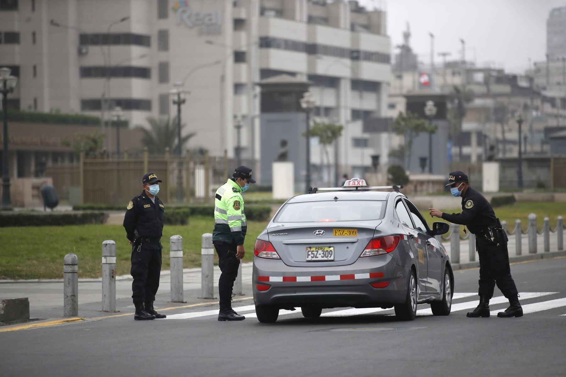 Una de esas restricciones es la prohibición del uso de vehículos particulares durante todo el día del domingo 13. Foto: ANDINA/Difusión.