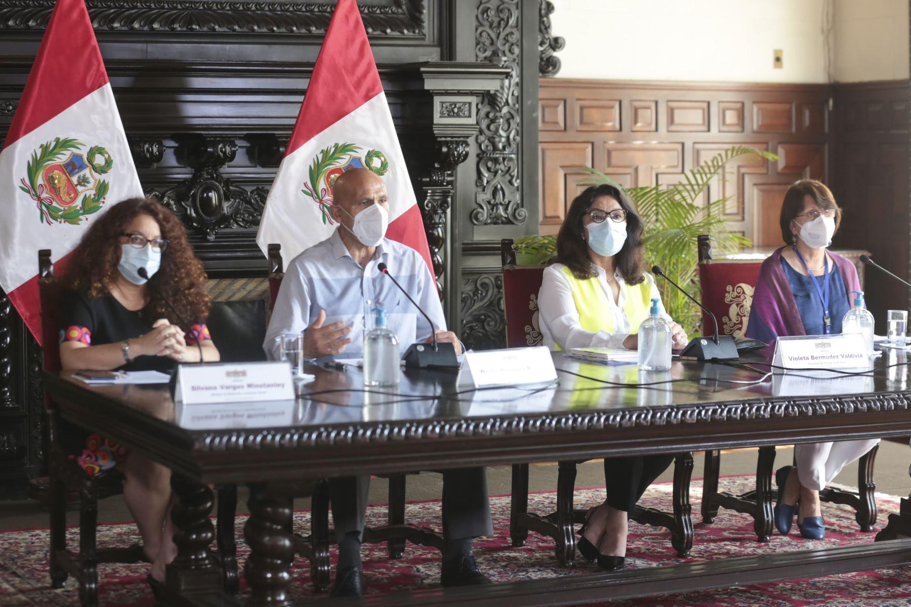 La presidenta del Consejo de Ministros, Violeta Bermúdez, brinda una conferencia de prensa junto a ministros de los sectores: Economía, Salud e Inclusión Social  para detallar las medidas implementadas por el gobierno de transición y emergencia ante la pandemia. Foto: PCM