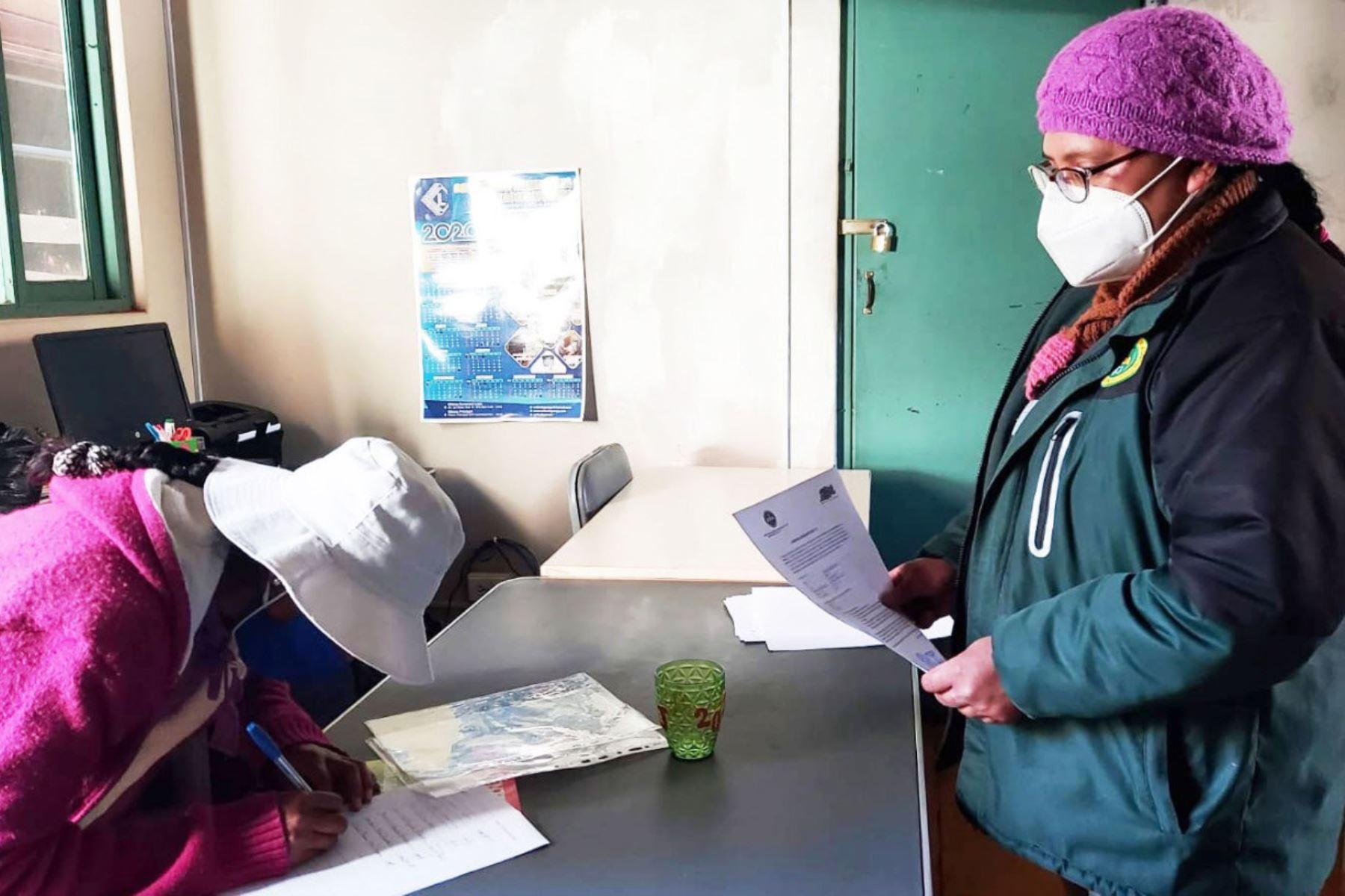Las agencias agrarias entregan las acreditaciones a los productores para que puedan movilizarse durante la cuarentena. Foto: ANDINA/Difusión