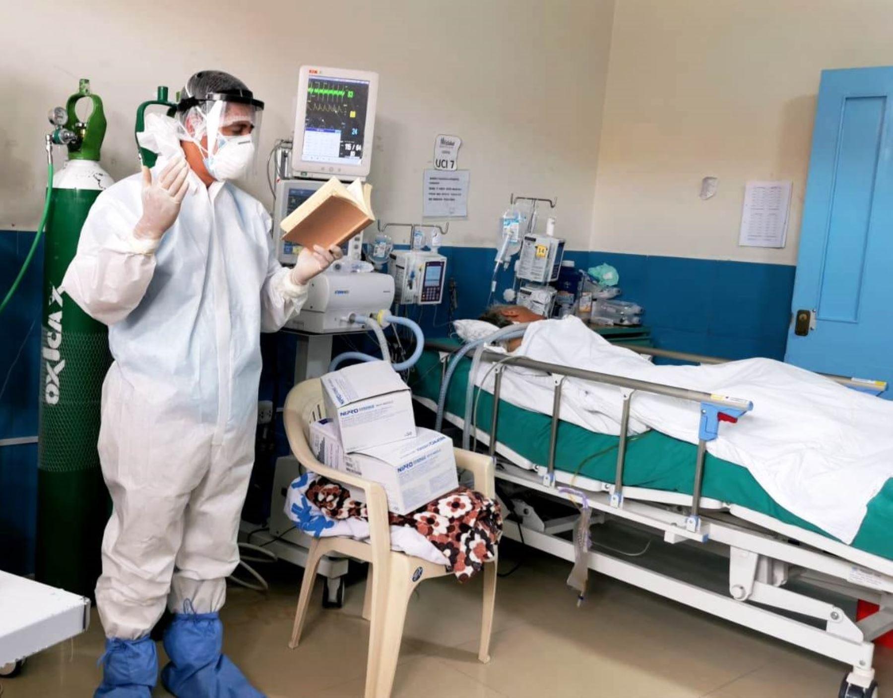 Sacerdote Juan Carlos Pérez lleva mensaje de esperanza a pacientes de Hospital Covid-19 Simón Bolívar, de la ciudad de Cajamarca. Foto: ANDINA/difusión.