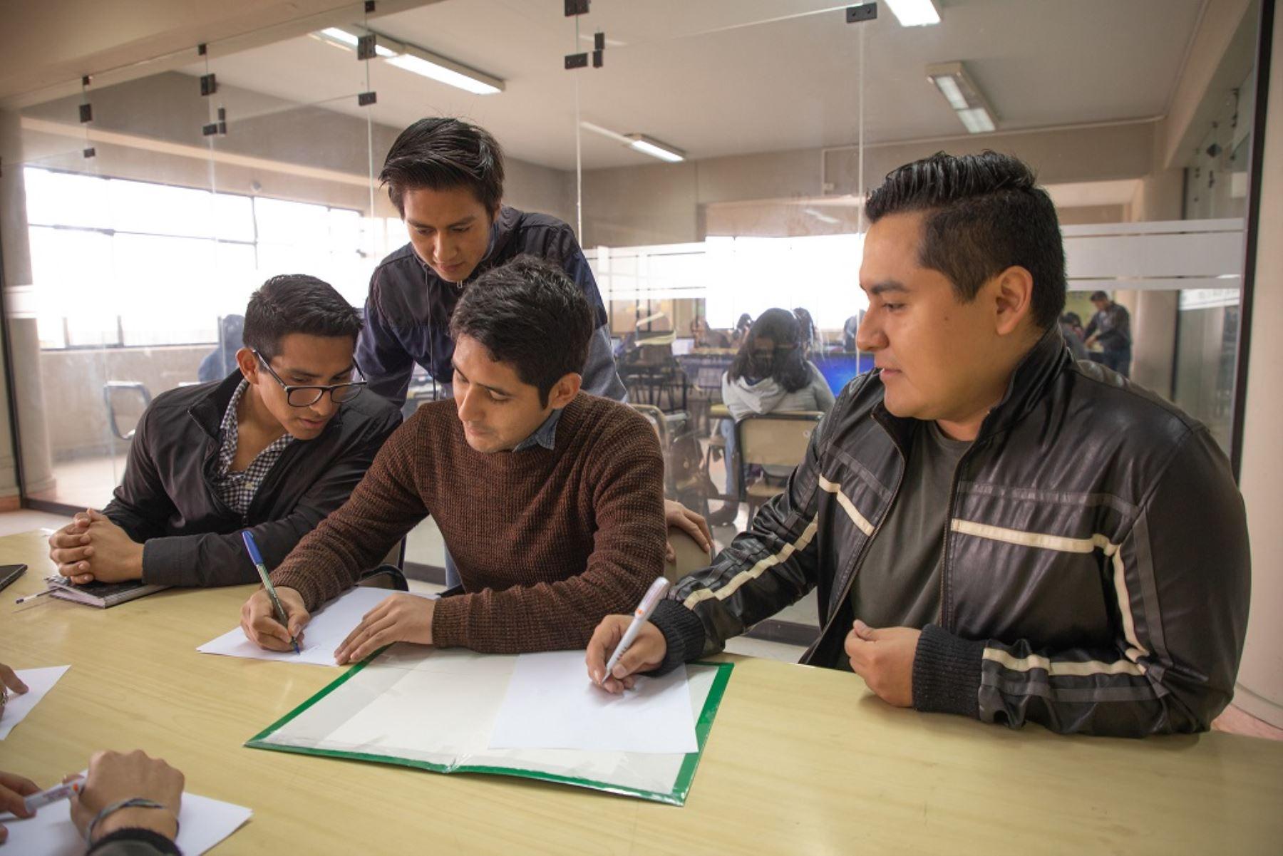Postulación puede hacerse hasta 13 de agosto y beneficiará a alumnos afectados por pandemia del covid-19. Foto: ANDINA