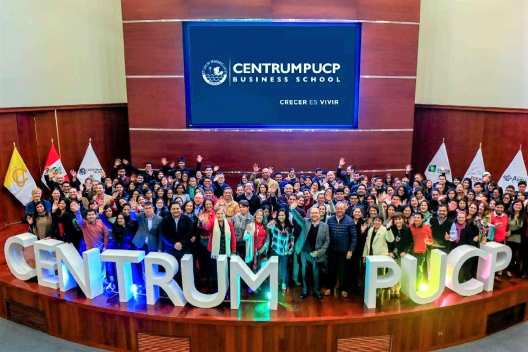 Profesores, colaboradores y personal administrativo de Centrum PUCP, en imagen de archivo. Foto: Centrum PUCP.