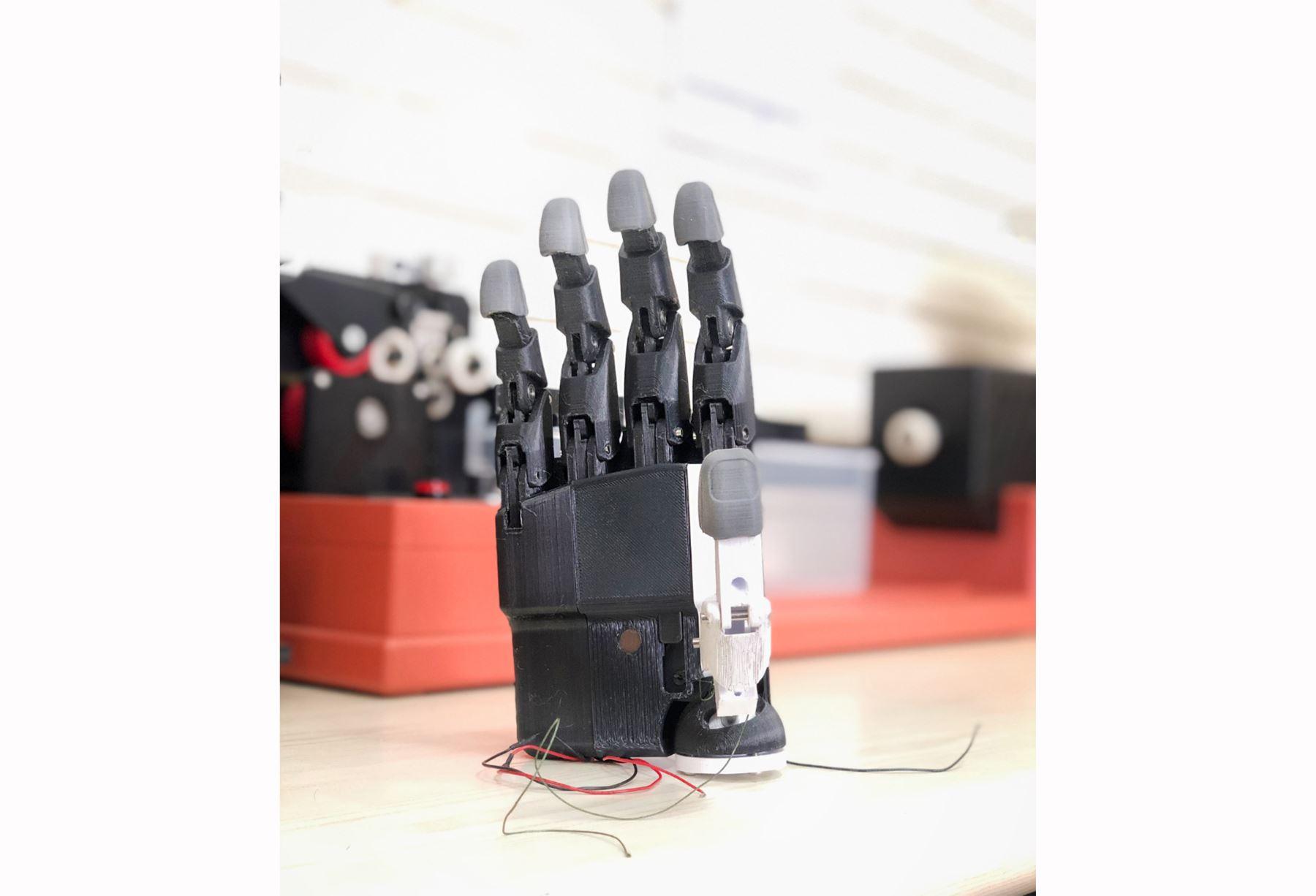 Investigadores fabrican prótesis mioeléctrica personalizada de mano