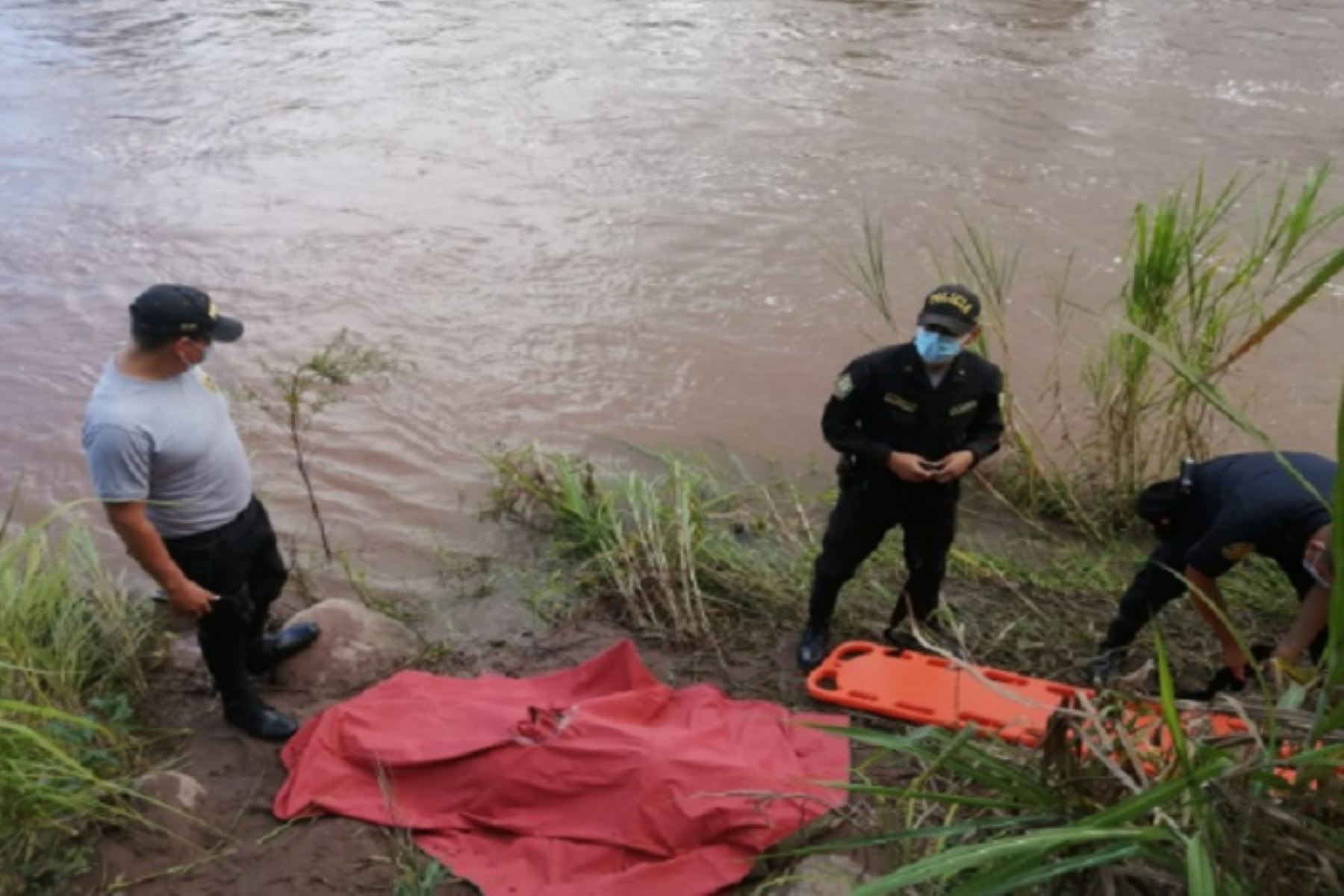 El hecho ocurrió en el río Tónchima, que cruza el caserío Libertad, hasta donde había llegado María Elizabeth Cueva Roque (30), junto con su esposo y su hija, para celebrar el cumpleaños de un familiar.