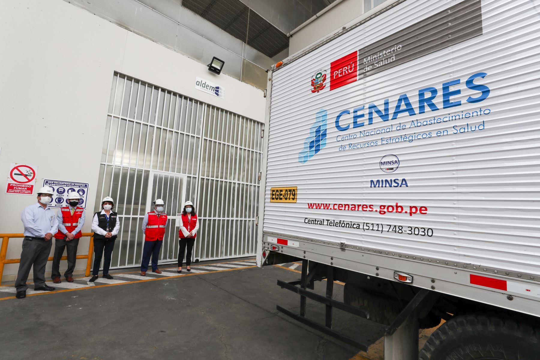 Ministra Pilar Mazzetti supervisó el almacenamiento, empaque e inicio de la distribución del primer lote de vacunas contra la covid-19. Foto: Minsa