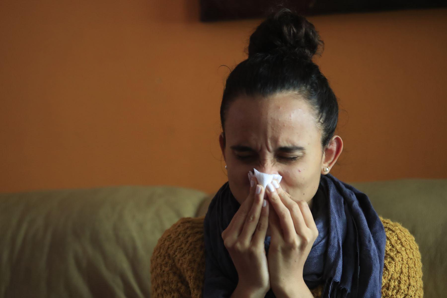 Las señales más frecuentes de contagio por coronavirus (Sars-Cov2), que están apareciendo en esta segunda ola son el dolor de garganta, presencia de una pequeña carraspera, escalofríos leves y calentura; y con la nueva variante del virus, inclusive hay diarrea, informó el infectólogo del INS, Manuel Espinoza. Foto: ANDINA/Andina