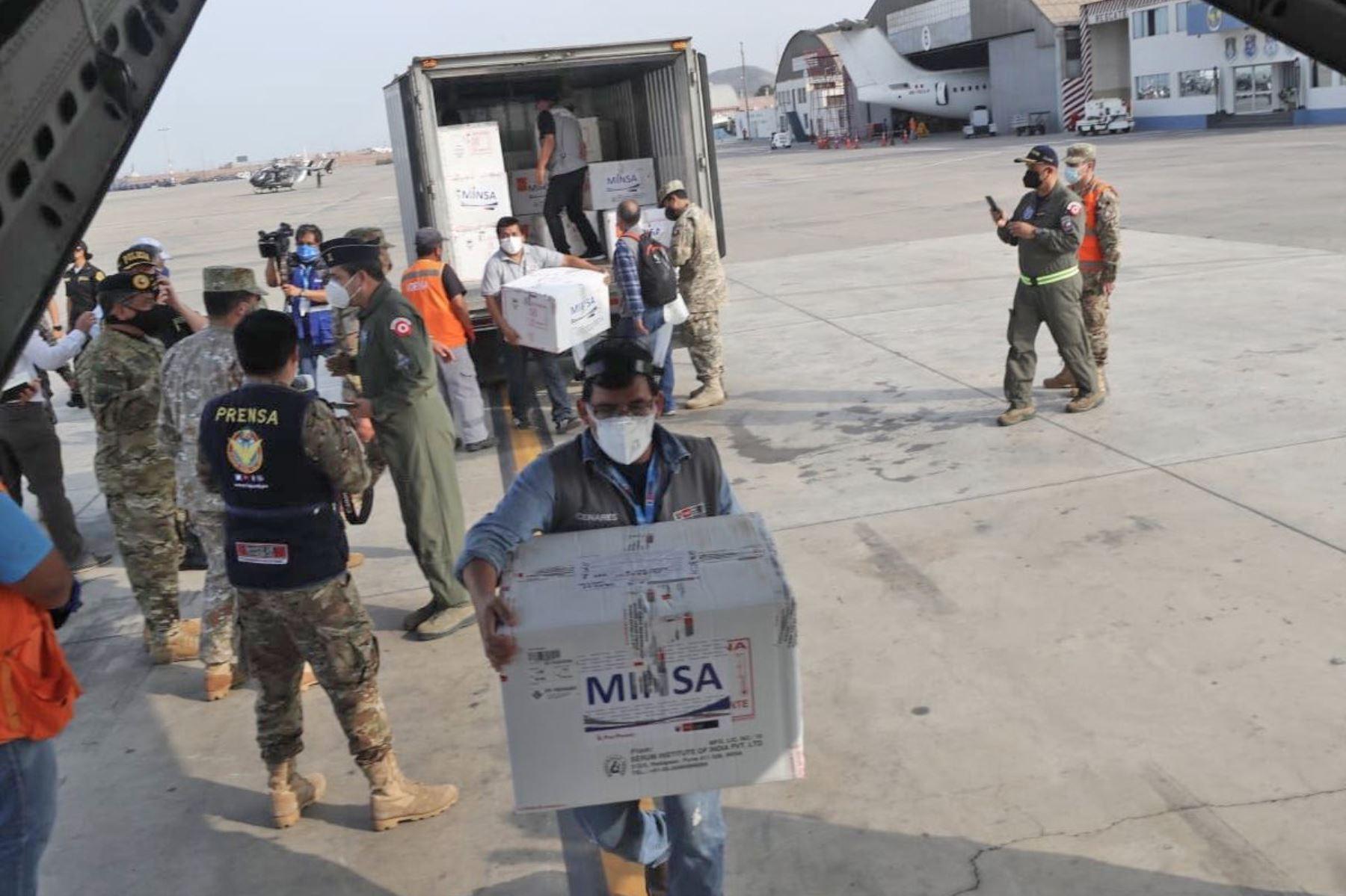 La FAP y el Ejército trasladan cerca de 50 000 vacunas a diversas regiones del país. Foto: MINDEF