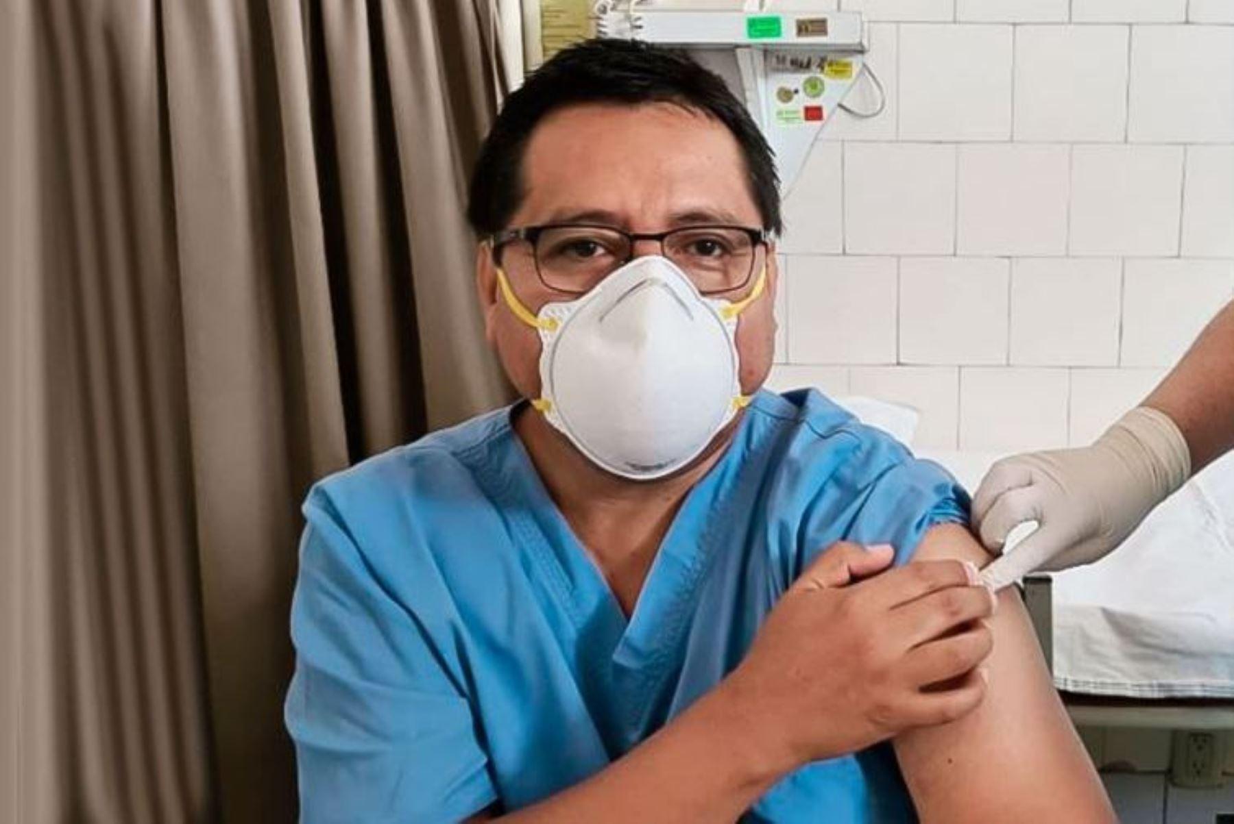 Jesús Valverde, doctor del hospital Dos de Mayo y presidente de la Sociedad Peruana de Medicina Intensiva, fue uno de los primeros médicos en recibir la vacuna contra el covid-19. Foto: ANDINA/archivo.