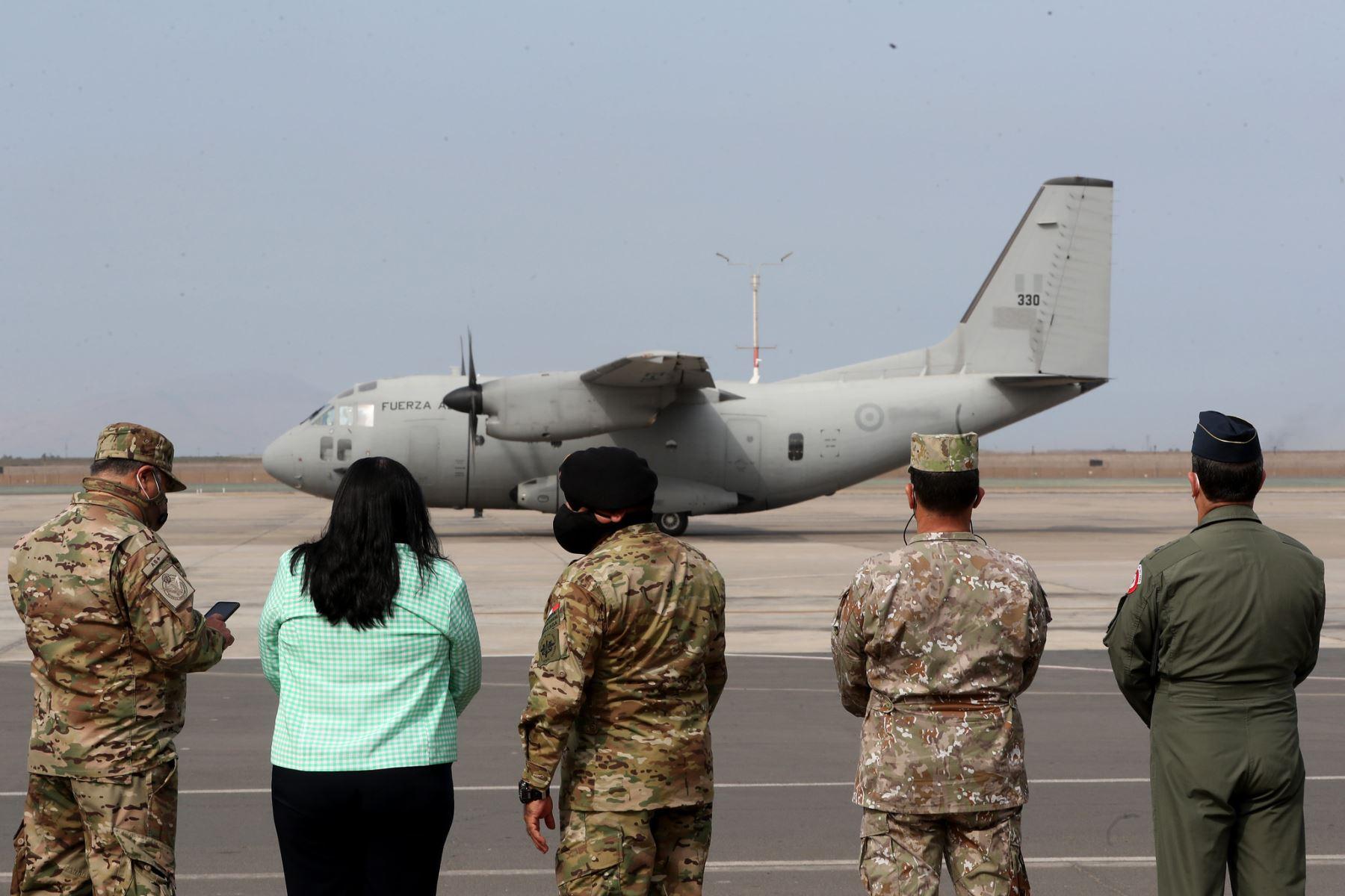 Ministra de Defensa Nuria Sparch supervisa el traslado de vacunas por parte de la Fuerza Aérea y el Ejército.   Foto: ANDINA/Mindef