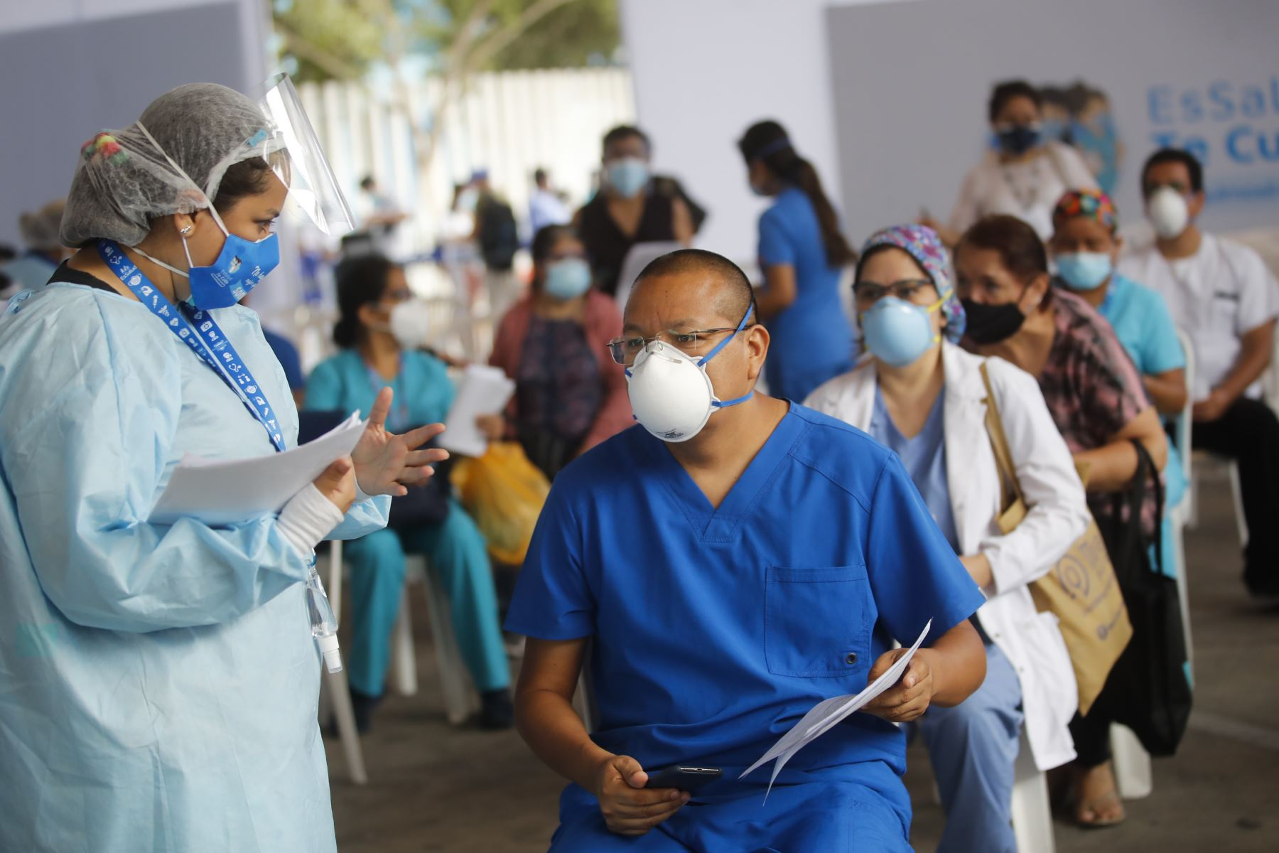 Personal médico del Hospital Edgardo Rebagliati a la espera de recibir la vacuna contra el Covid-19.  Foto:ANDINA / Juan Carlos Guzmán Negrini