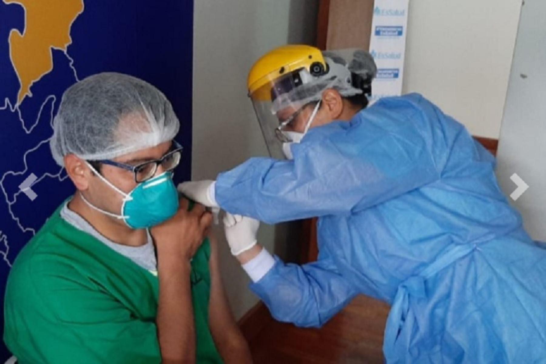 coronavirus-essalud-inicia-segunda-fase-de-vacunacion-de-su-personal-en-cinco-regiones