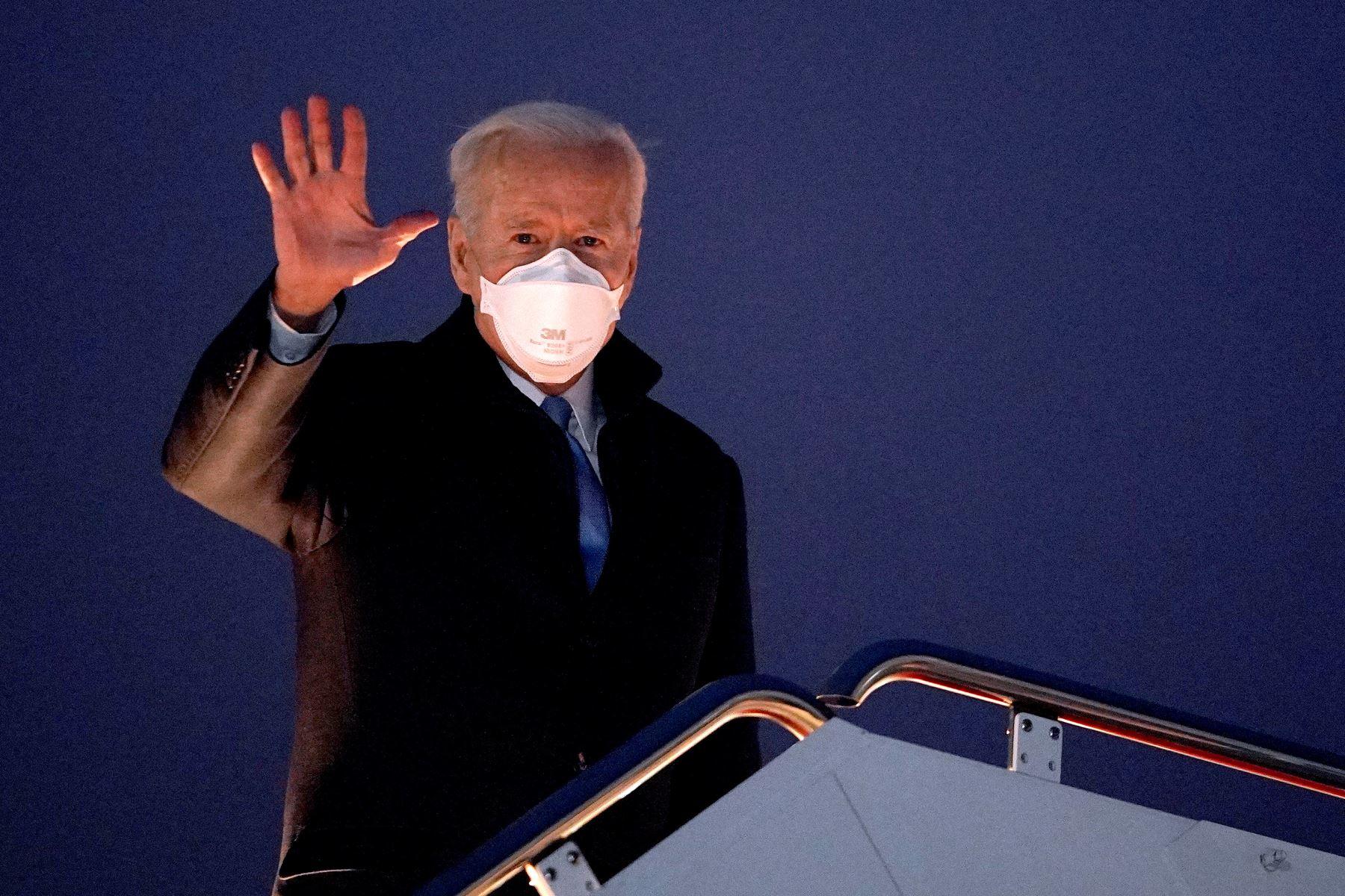 El presidente estadounidense Joe Biden saluda mientras aborda el Air Force One antes de partir de la Base de la Fuerza Aérea Andrews en Maryland. Foto: AFP
