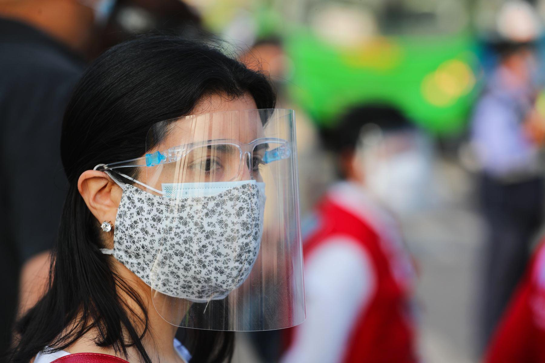 ATU recomienda el uso de mascarilla y protector facial  al interior de las unidades publicas, así como mantener las ventanas abiertas durante todo el viaje, como medidas de bioseguridad, para evitar el riesgo de contagiarse por coronavirus. Foto: ANDINA/ ATU