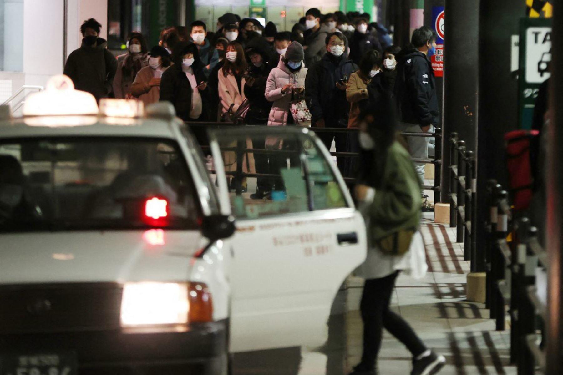 Personas esperan taxis alrededor de la estación de Sendai después del terremoto de magnitud 7.1, en Japón. Foto: AFP.