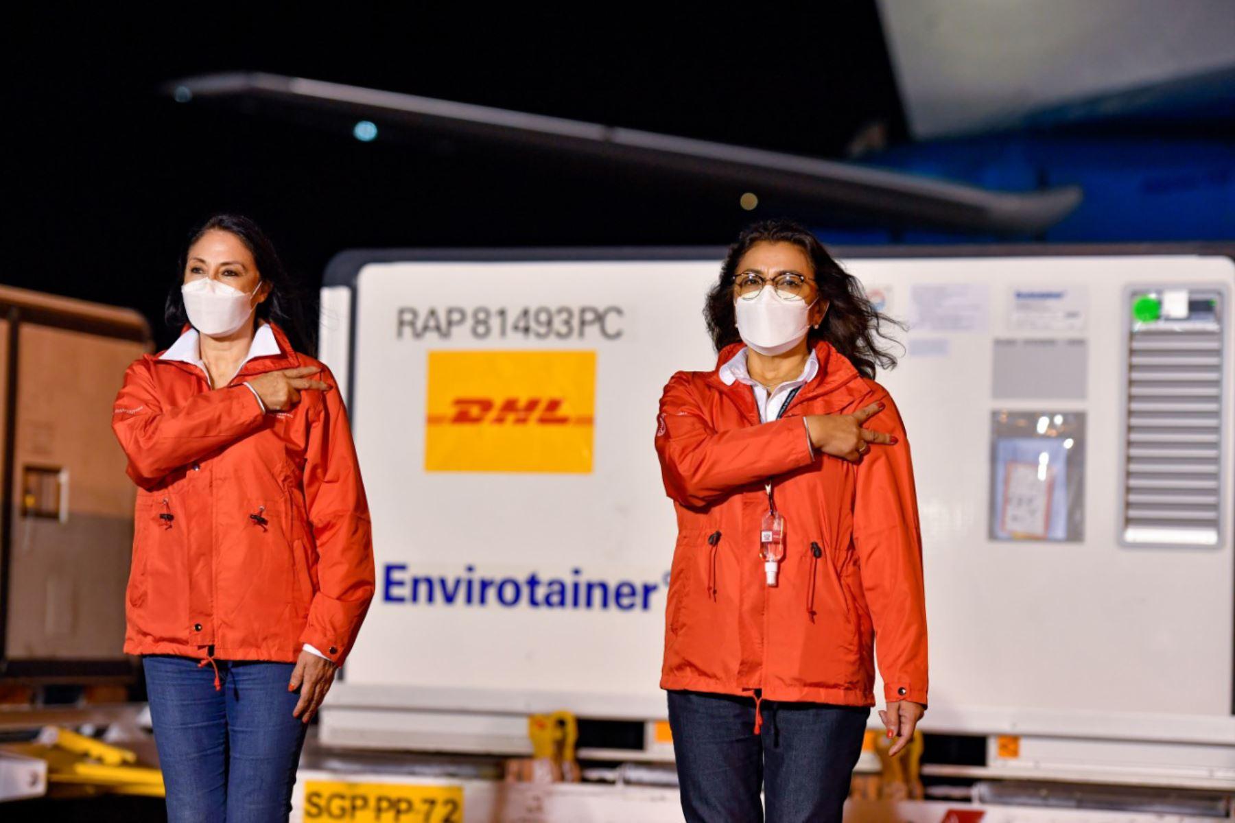 La presidenta del Consejo de Ministros, Violeta Bermúdez, junto con los titulares del Minsa, Oscar Ugarte y la Canciller del Perú, Elizabeth Astete participan en la llegada del segundo lote de 700 mil vacunas contra la covid-19. Foto: PCM