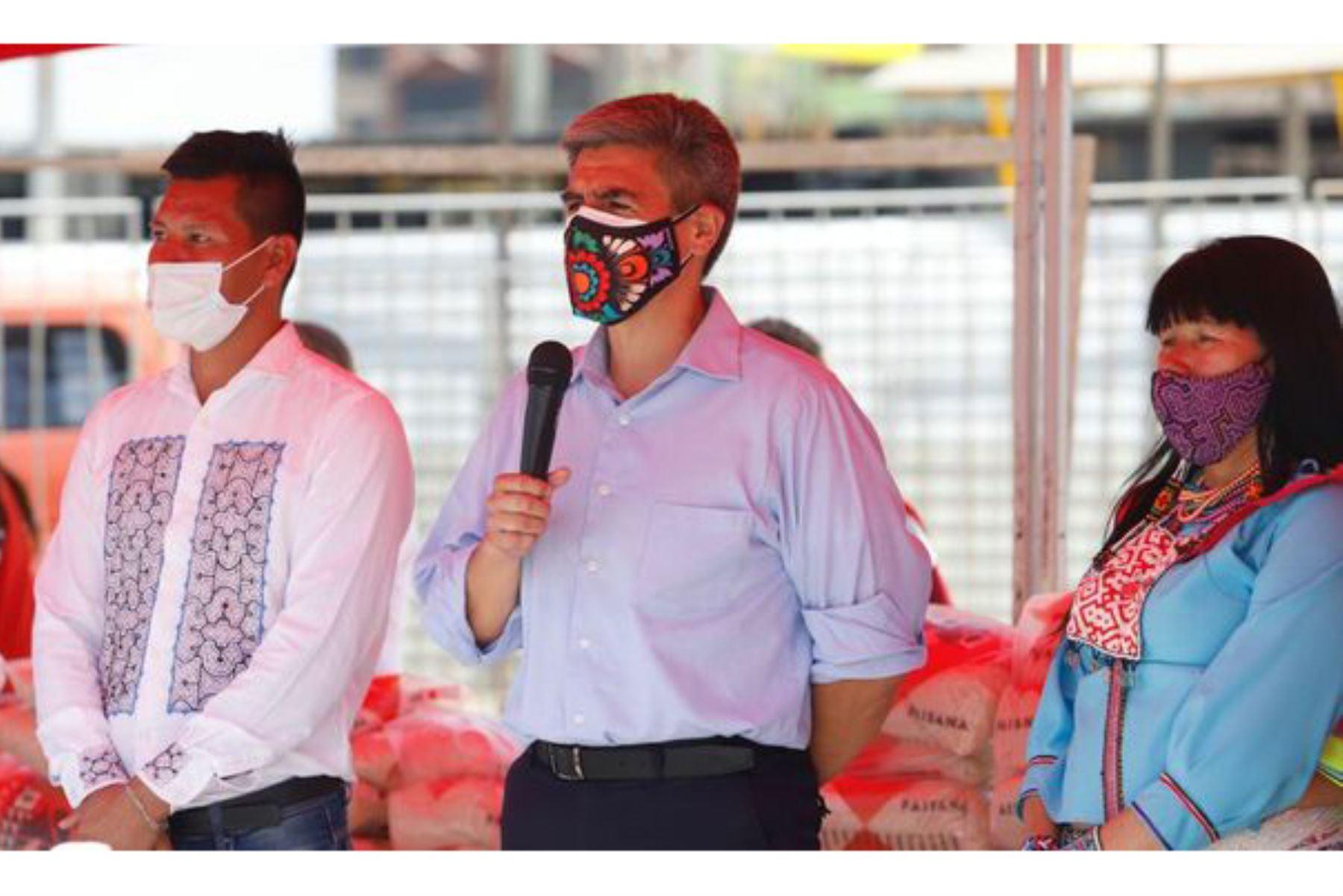 El ministro de Cultura, Alejandro Neyra participó en la entrega de más de tres toneladas de alimentos de primera necesidad para las asociaciones indígenas de Cantagallo. Foto: ANDINA/Ministerio de Cultura