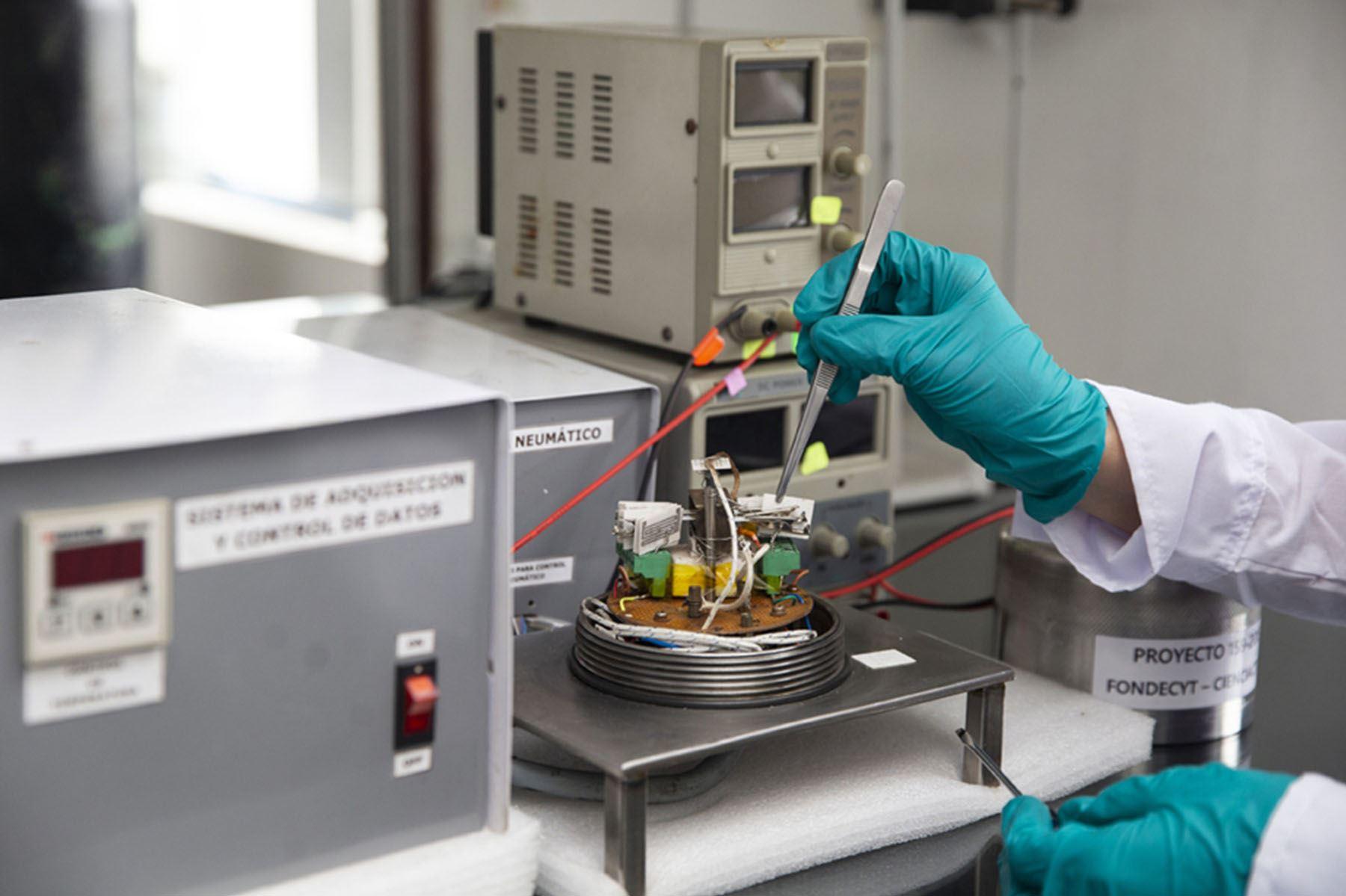 La nariz electrónica permite la detección de diversos componentes volátiles que forman parte del aroma de alimentos, bebidas o de un determinado compuesto.(Fotos: PUCP)
