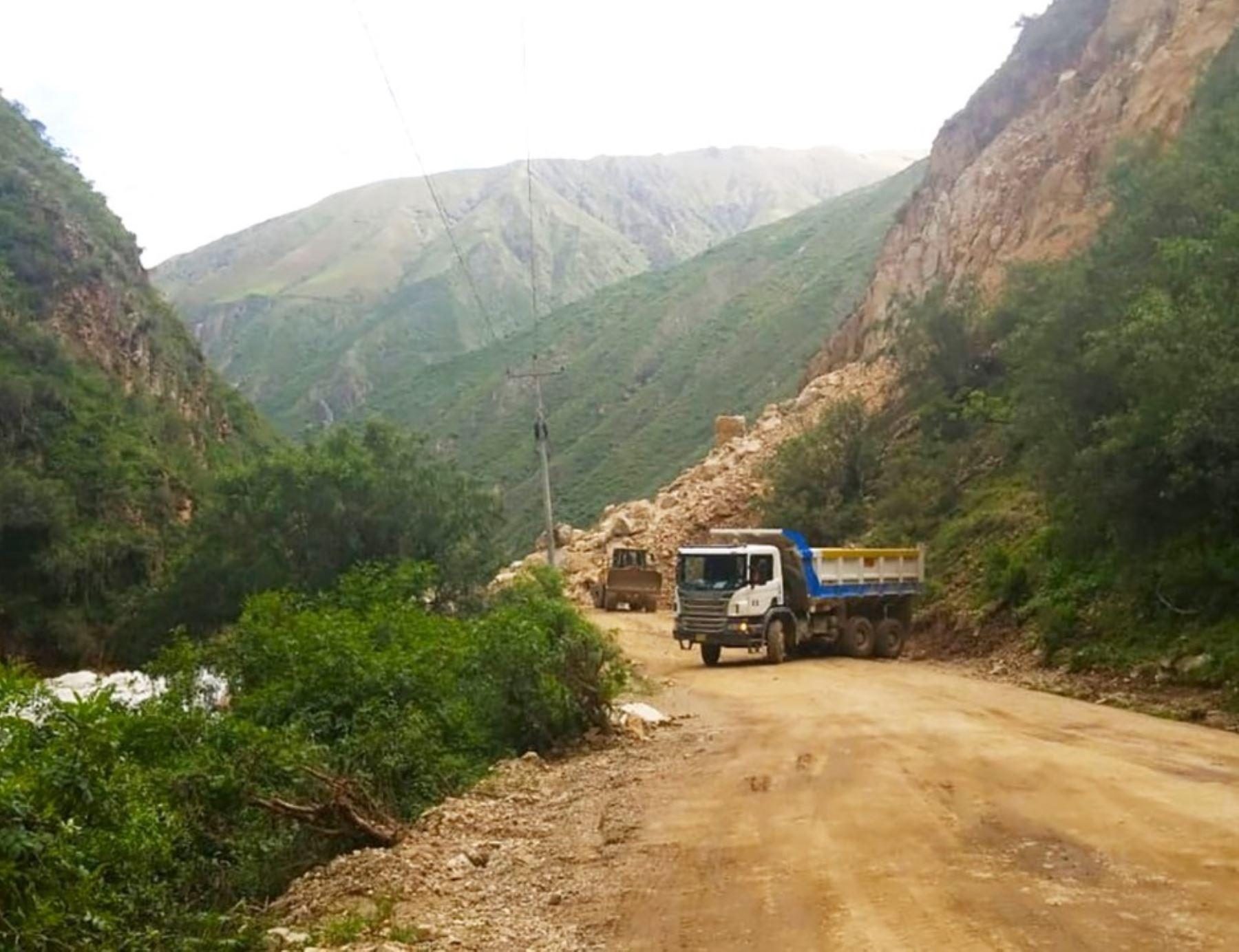 apurimac-buscan-restablecer-el-transito-en-carretera-afectada-por-deslizamientos