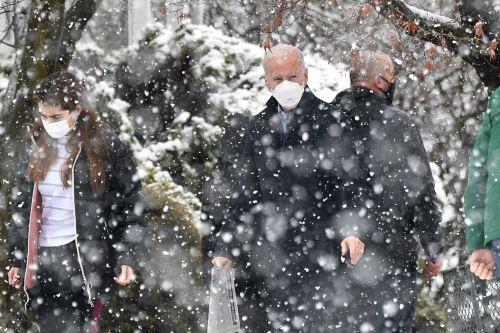 El presidente de los Estados Unidos, Joe Biden, se dirige a su vehículo en la nieve con su nieta Natalie Biden, después de asistir a la misa en Saint Joseph en la iglesia Brandywine en Wilmington, Delaware. Foto: AFP