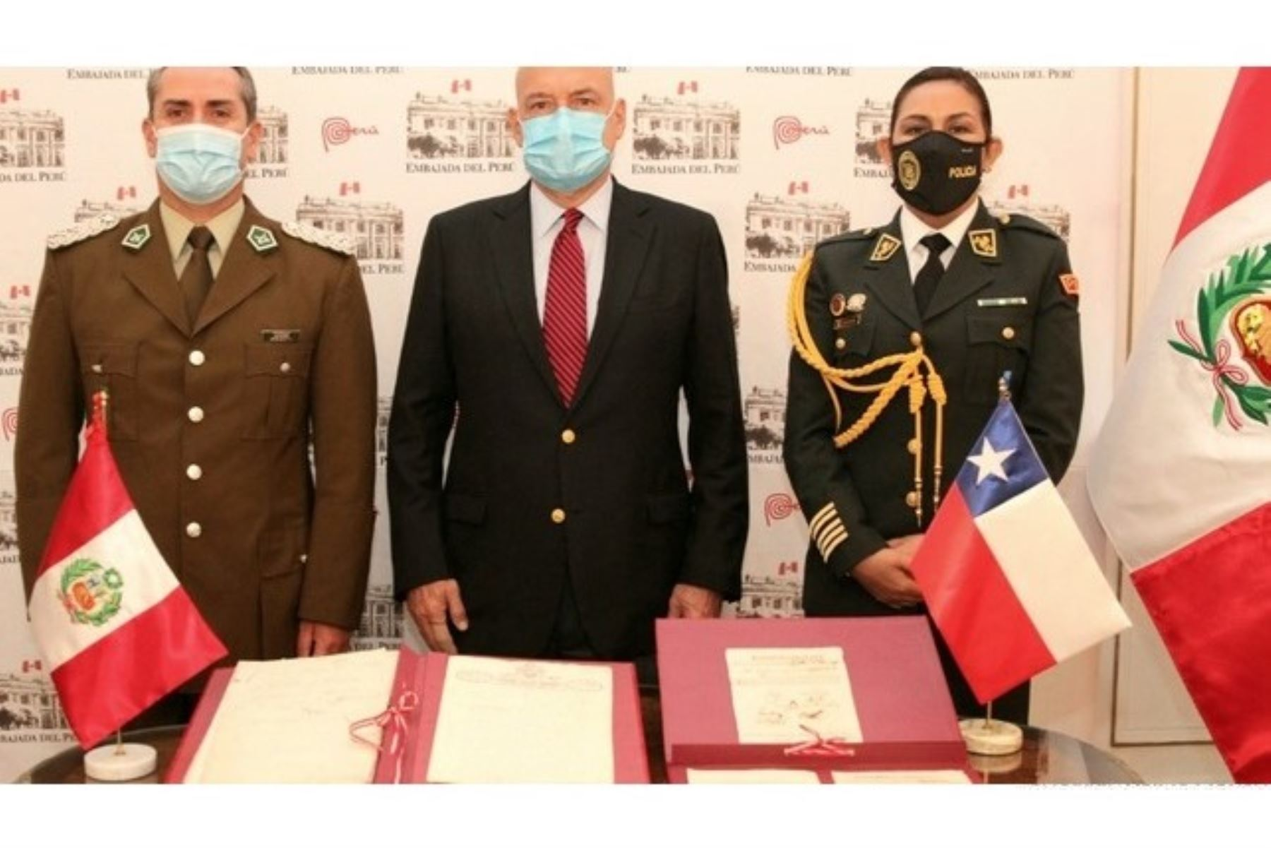 Entrega de bienes documentales al Perú por parte de autoridades chilenas.