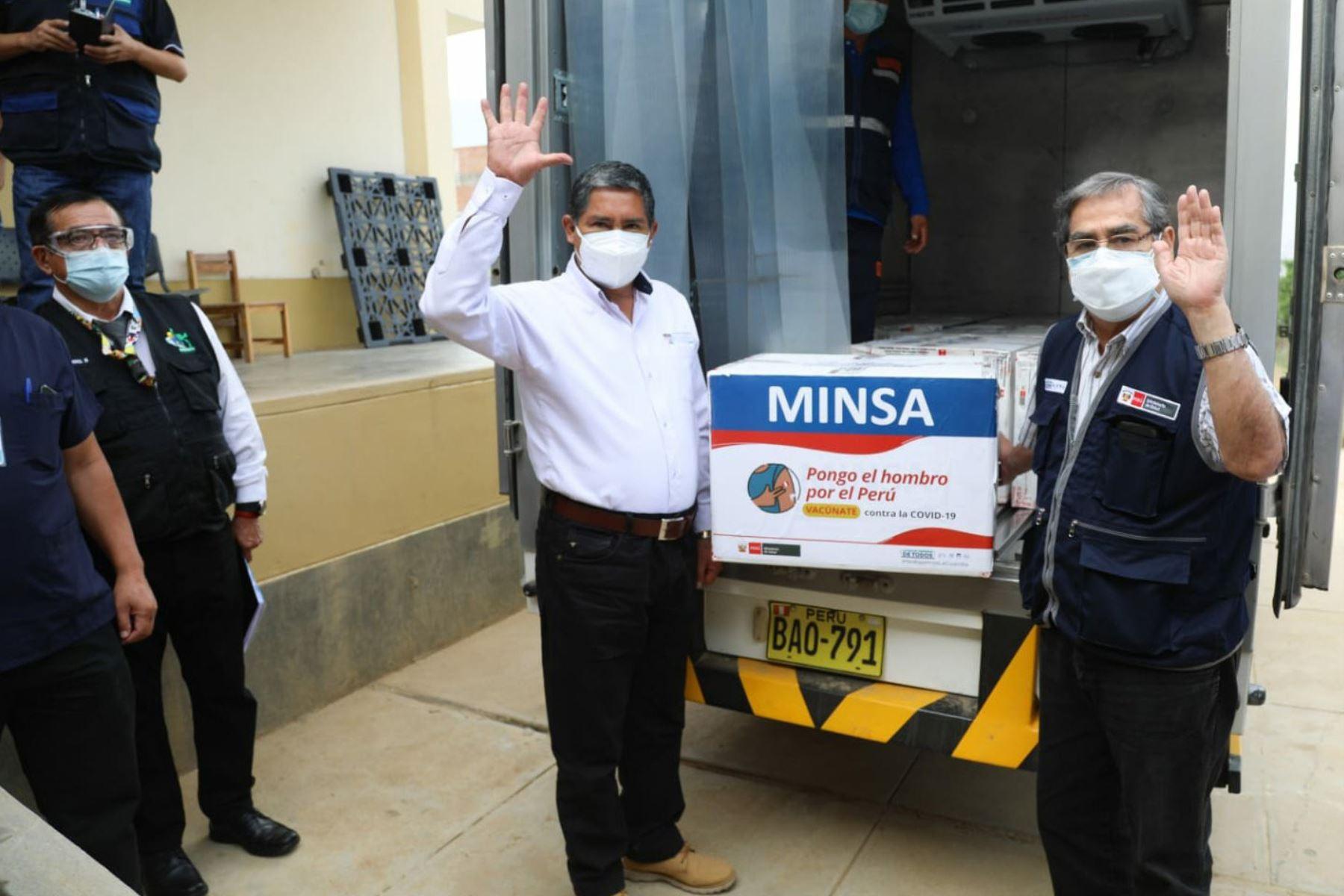 El ministro de Salud, Óscar Ugarte Ubilluz, entregó el segundo lote vacunas contra el covid-19 destinado a proteger a la primera línea de defensa sanitaria ante la pandemia. Foto: ANDINA/difusión.