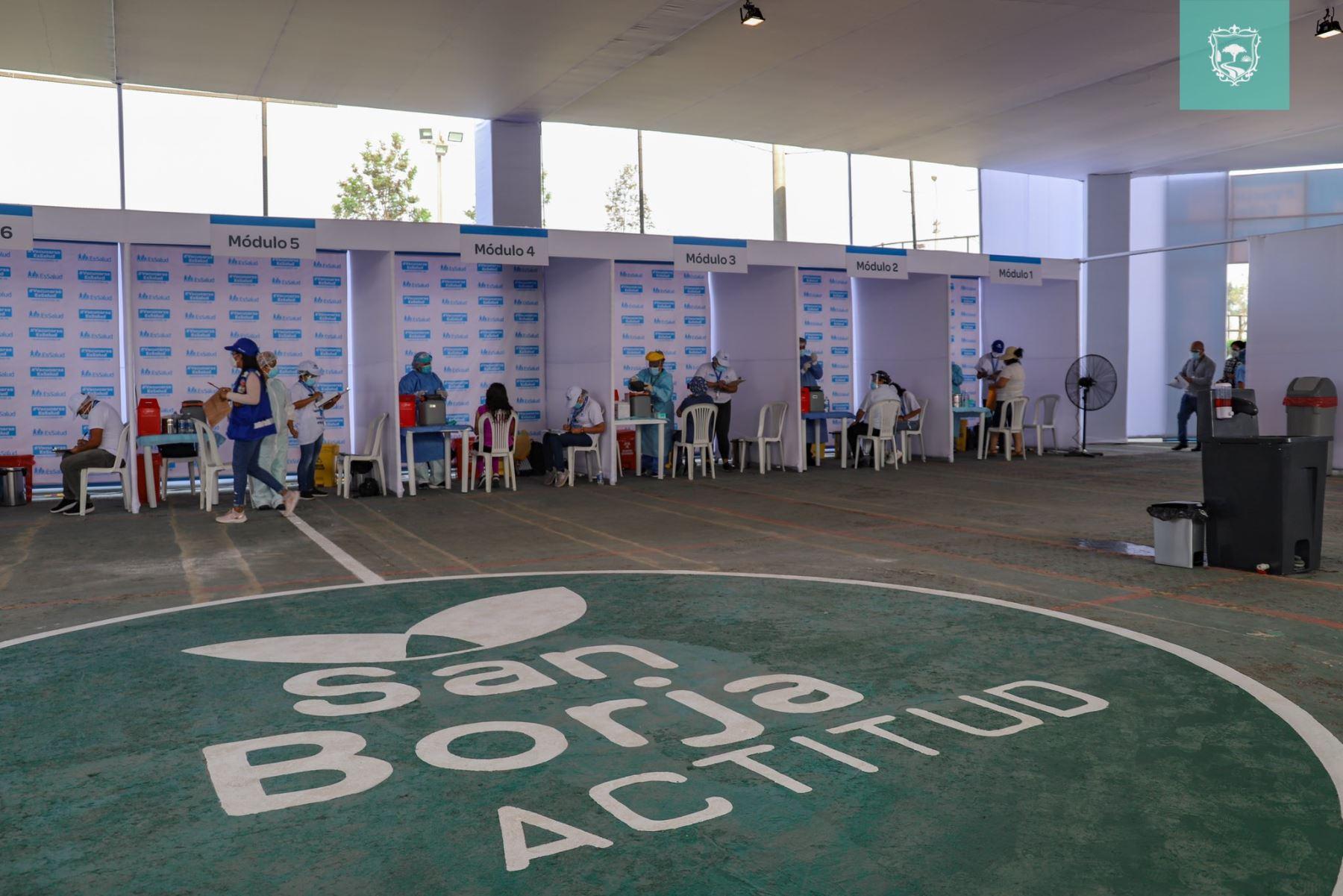 Se inició la inmunización al personal médico en ambientes seguros en el polideportivo Limatambo. Foto: municipalidad de San Borja.