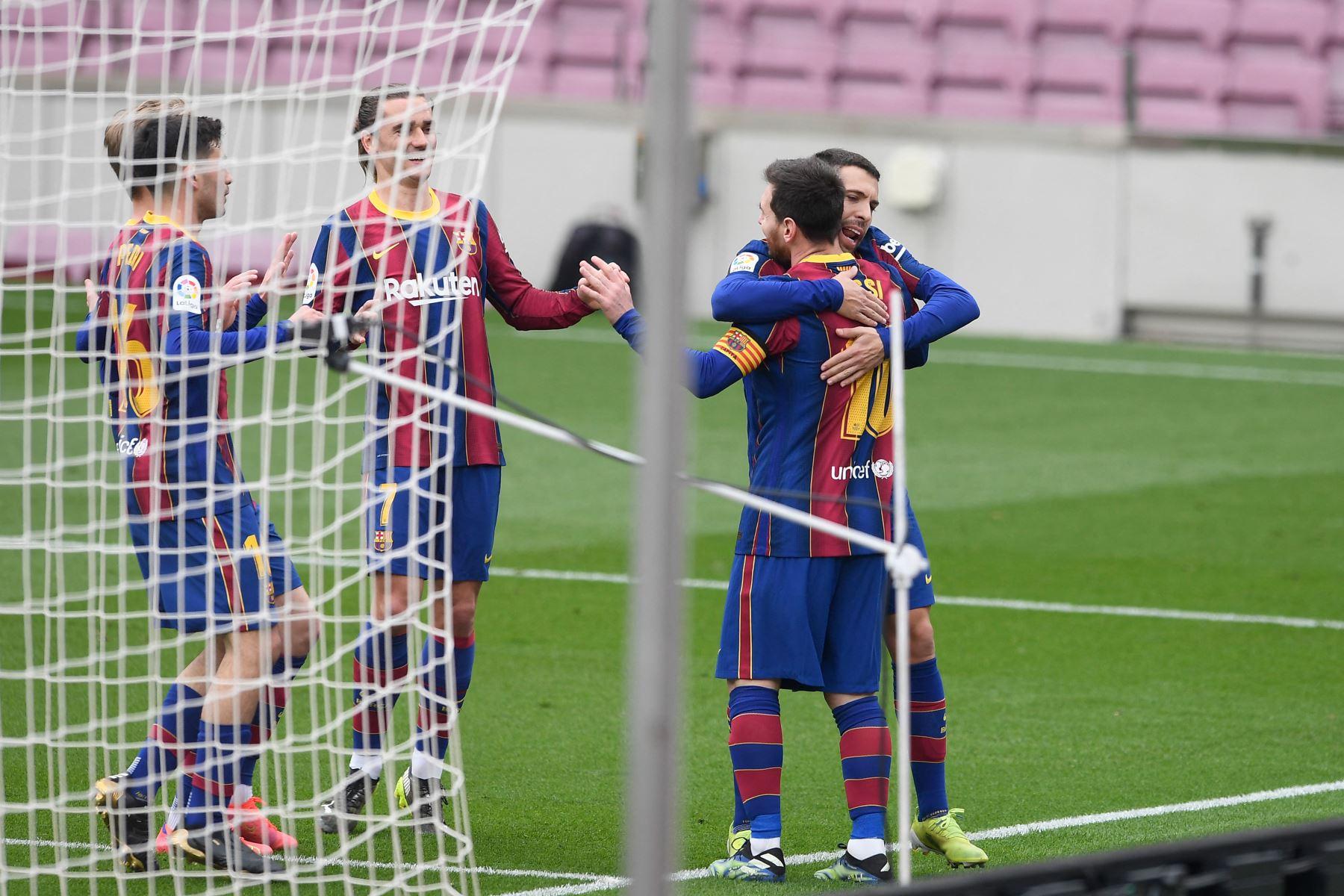 El delantero argentino del Barcelona Lionel Messi, celebra con el defensa español del Barcelona Jordi Alba tras marcar durante el partido de fútbol de la liga española entre el FC Barcelona y el Cádiz CF.  Foto: AFP