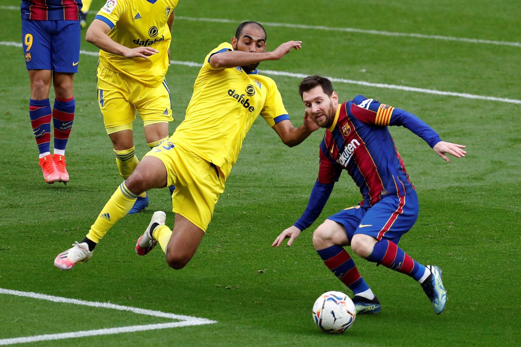 El jugador del FC Barcelona Lionel Messi lucha por el balón con el jugador del Cádiz Fali Jiménez, durante el partido de LaLiga Santander de la jornada 24,  en el Camp Nou en Barcelona. Foto: EFE