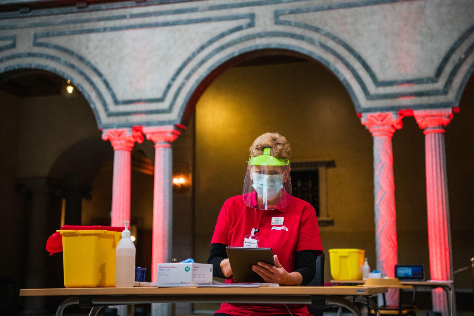 Los preparativos se llevan a cabo en el Ayuntamiento de Estocolmo para convertir el lugar de los banquetes del Premio Nobel en un centro de vacunación covid-19. Foto : AFP