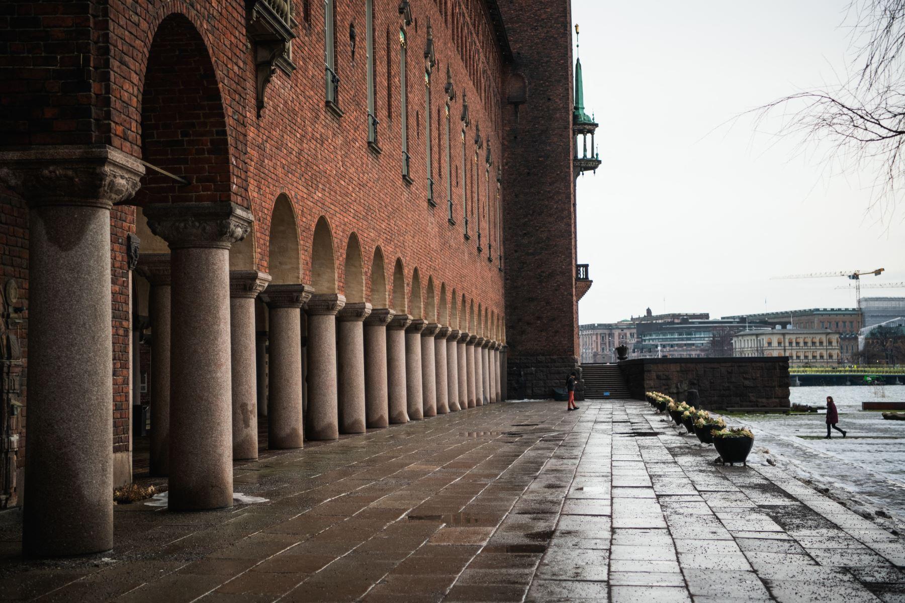 Vista del Ayuntamiento de Estocolmo, conocido como sede de los banquetes del Premio Nobel y convertido ahora en un centro de vacunación covid-19  en la capital de Suecia, en medio de la nueva pandemia de coronavirus. Foto: AFP