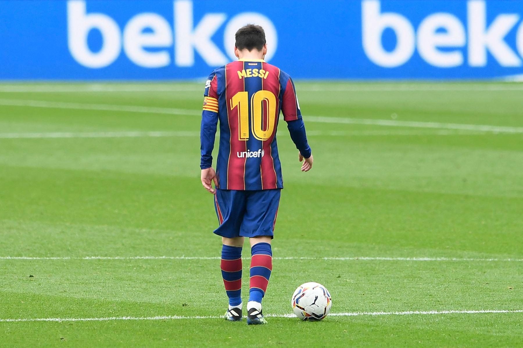 El delantero argentino del Barcelona Lionel Messi reacciona durante el partido de fútbol de la liga española entre el FC Barcelona y el Cádiz CF. Foto: AFP