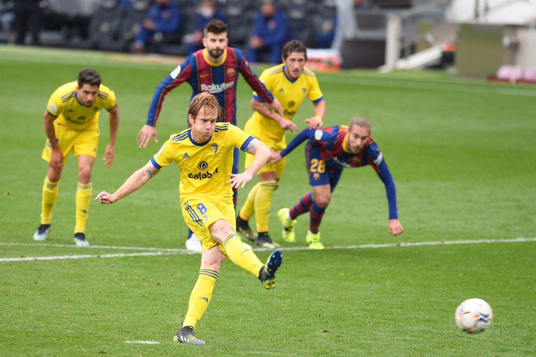 El centrocampista español del Cádiz Alex Fernández marca un penalti durante el partido de fútbol de la liga española entre el FC Barcelona y el Cádiz CF. Foto:  AFP