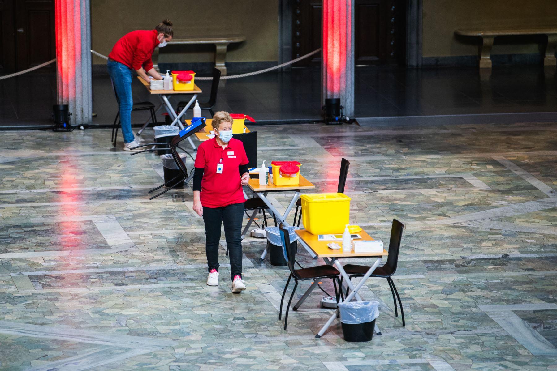 Los preparativos se llevan a cabo en el Ayuntamiento de Estocolmo para convertir el lugar de los banquetes del Premio Nobel en un centro de vacunación covid-19. Foto: AFP