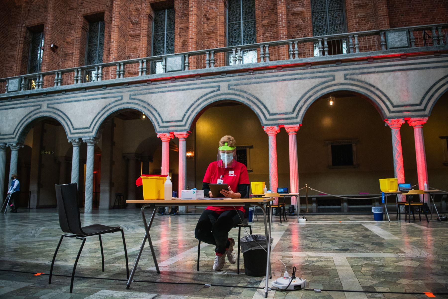 Los preparativos se llevan a cabo en el Ayuntamiento de Estocolmo para convertir el lugar de los banquetes del Premio Nobel en un centro de vacunación Covid-19  en la capital de Suecia, en medio de la nueva pandemia de coronavirus. Foto: AFP