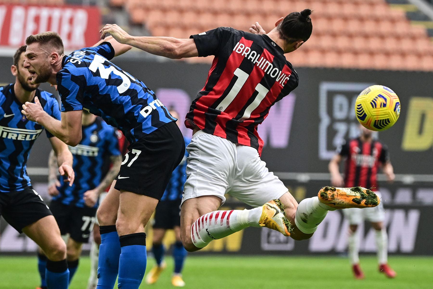 El defensor eslovaco del Inter de Milán Milan Skriniar  y el delantero sueco del AC Milan Zlatan Ibrahimovic van de cabeza durante el partido de fútbol de la Serie A italiana AC Milan vs Inter de Milán. Foto: AFP