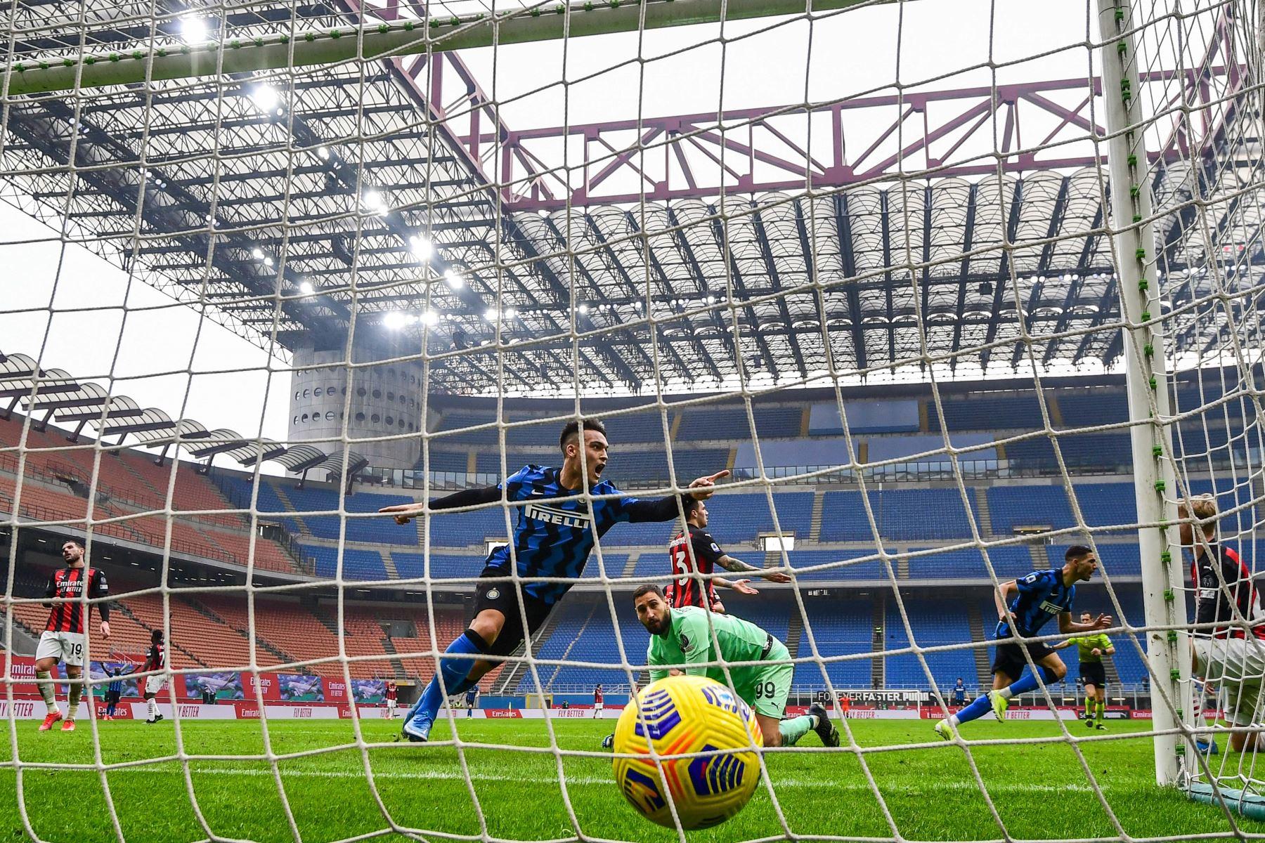 El delantero argentino del Inter de Milán Lautaro Martínez celebra tras anotar su segundo gol pasado el portero italiano del AC Milan Gianluigi Donnarumma Parte trasera durante el partido de fútbol de la Serie A italiana AC Milan vs Inter de Milán.  Foto: AFP