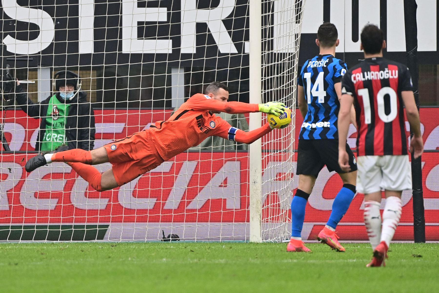 El portero esloveno del Inter de Milán, Samir Handanovic, salva un balón durante el partido de fútbol de la Serie A italiana AC Milán vs Inter de Milán. Foto: AFP