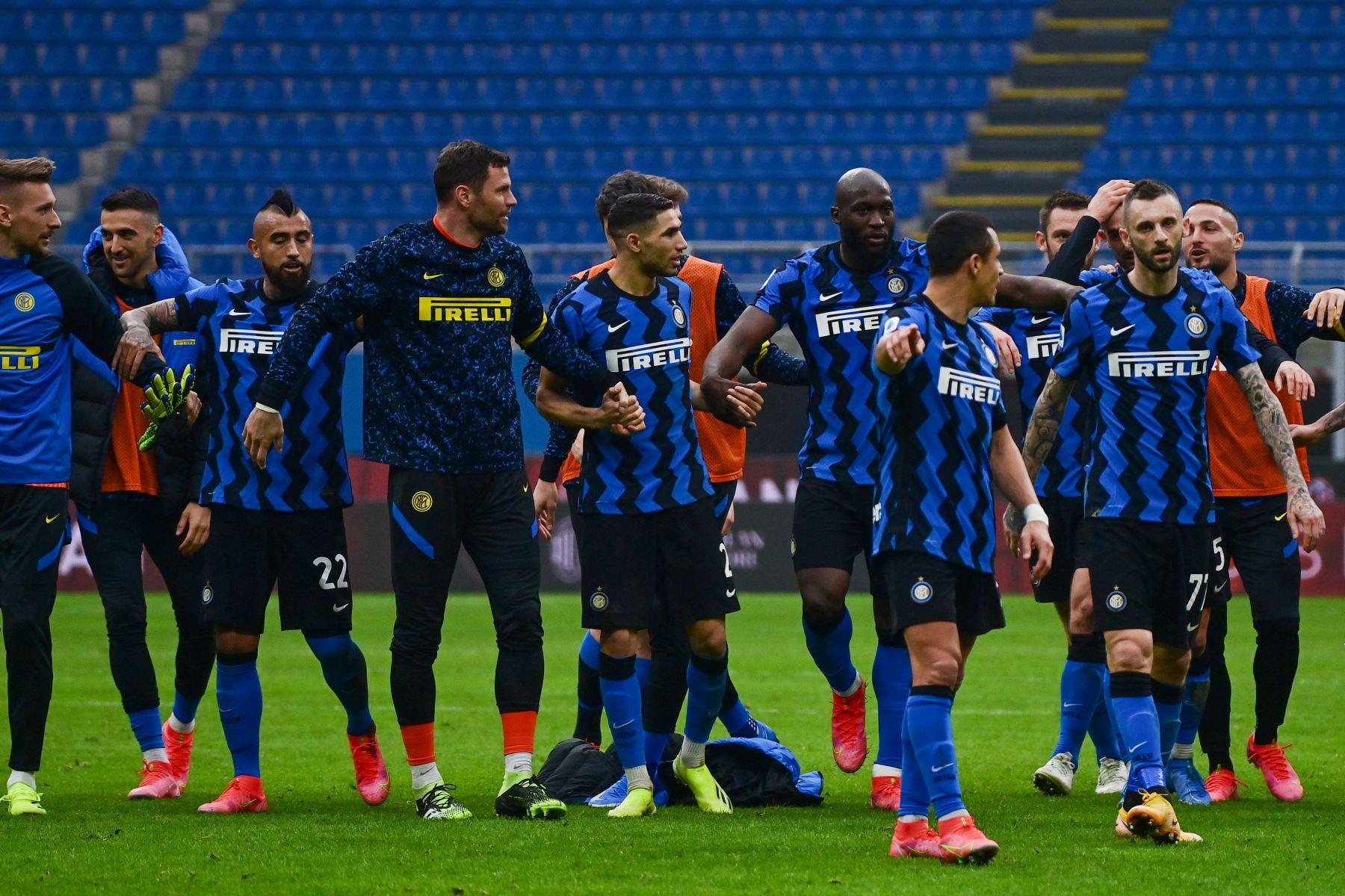 Los jugadores del Inter celebran la victoria al final del partido de fútbol de la Serie A italiana AC Milán vs Inter de Milán. Foto: AFP