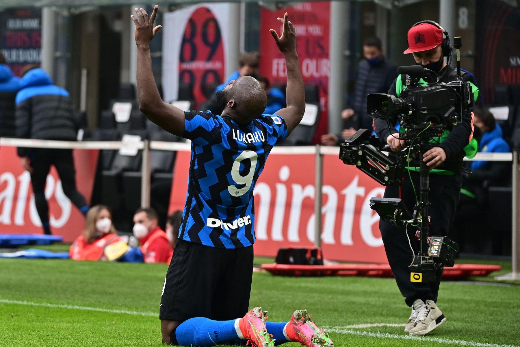 El delantero belga del Inter de Milán Romelu Lukaku celebra tras anotar el tercer gol durante el partido de fútbol de la Serie A italiana AC Milán vs Inter de Milán. Foto: AFP