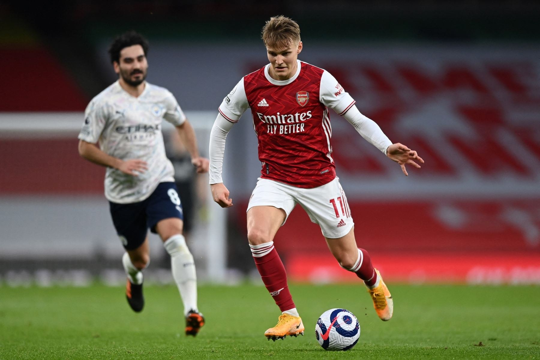 El centrocampista noruego del Arsenal, Martin Odegaard, corre con el balón durante el partido de fútbol de la Premier League inglesa entre el Arsenal y el Manchester City. Foto. AFP
