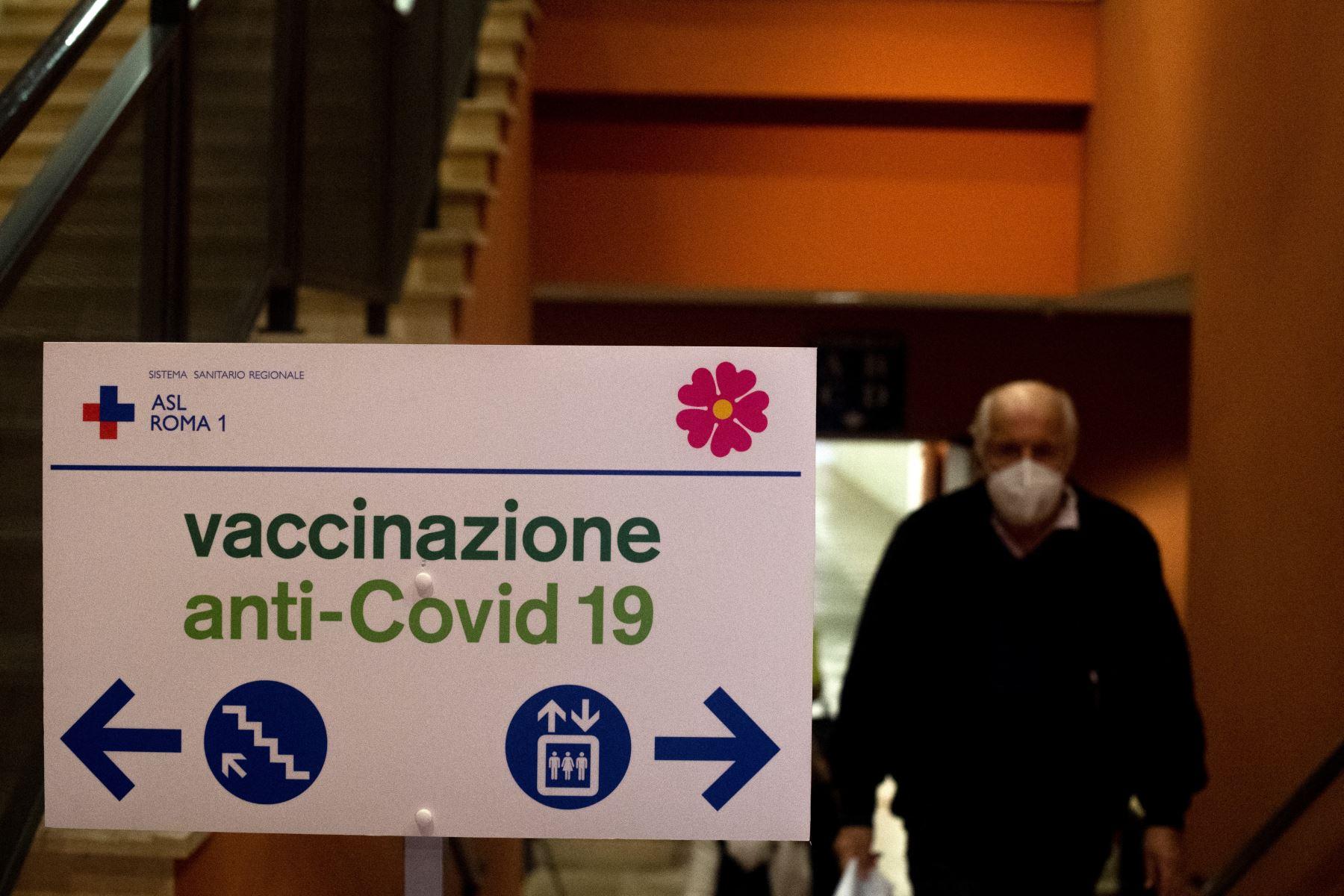 """Un hombre ingresa.  en un centro de vacunación Covid-19 ubicado en el """"Auditorium Parco della Musica"""" en Roma. Desde el comienzo de la epidemia más de 111.331.990 personas contrajeron la enfermedad. De ellas al menos 68.323.000 se recuperaron, según las autoridades. Foto: AFP"""