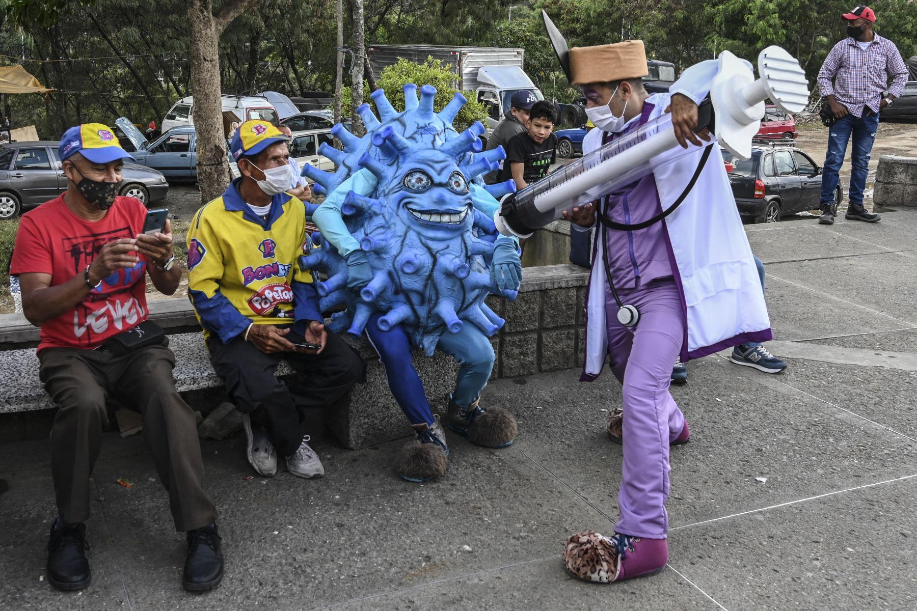 Artistas actúan durante una campaña para promover la vacunación contra COVID-19 en medio de la pandemia del nuevo coronavirus, en Medellín, Colombia. Desde el comienzo de la epidemia más de 111.331.990 personas contrajeron la enfermedad. De ellas al menos 68.323.000 se recuperaron, según las autoridades. Foto: AFP
