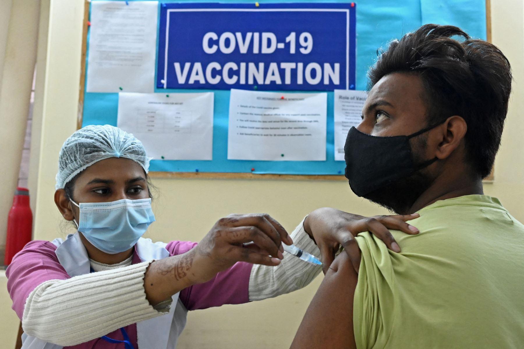 Un trabajador médico inocula a un trabajador municipal con una vacuna contra el coronavirus Covid-19 en un centro de vacunación en Nueva Delhi. Desde el comienzo de la epidemia más de 111.331.990 personas contrajeron la enfermedad. De ellas al menos 68.323.000 se recuperaron, según las autoridades. Foto: AFP