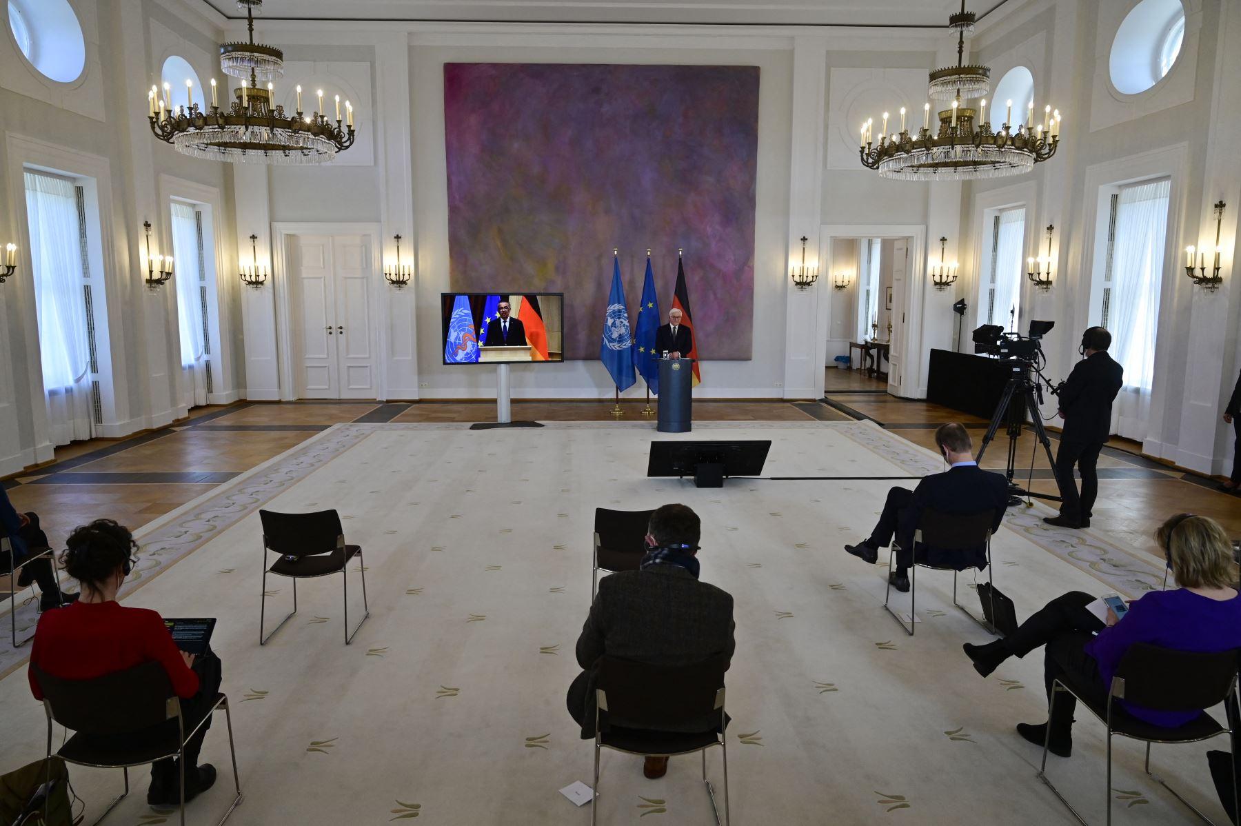 Los periodistas escuchan mientras el presidente alemán Frank-Walter Steinmeier (atrás) ofrece una conferencia de prensa con Tedros Adhanom Ghebreyesus, Director General de la Organización Mundial de la Salud (OMS), a través de una videoconferencia y con el distanciamiento social. Desde el comienzo de la epidemia más de 111.331.990 personas contrajeron la enfermedad. De ellas al menos 68.323.000 se recuperaron, según las autoridades. Foto: AFP