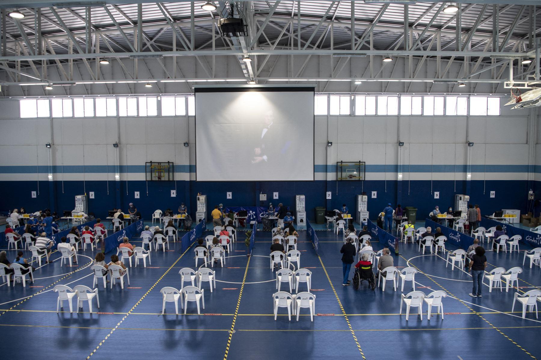 Maestros esperan su turno para recibir una dosis de la vacuna COVID-19 de fabricación china CoronaVac en medio de la pandemia del nuevo coronavirus, en un centro de vacunación en Santiago de Chile. Desde el comienzo de la epidemia más de 111.331.990 personas contrajeron la enfermedad. De ellas al menos 68.323.000 se recuperaron, según las autoridades. Foto: AFP
