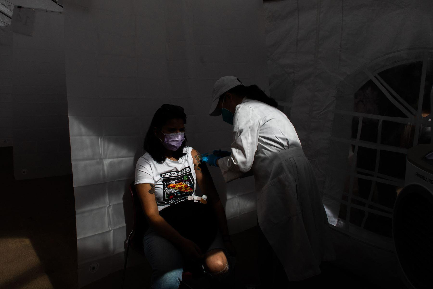 Una enfermera administra la vacuna Moderna Covid-19 en Kedren Community Health Center, en el centro sur de Los Ángeles, California. Foto: AFP