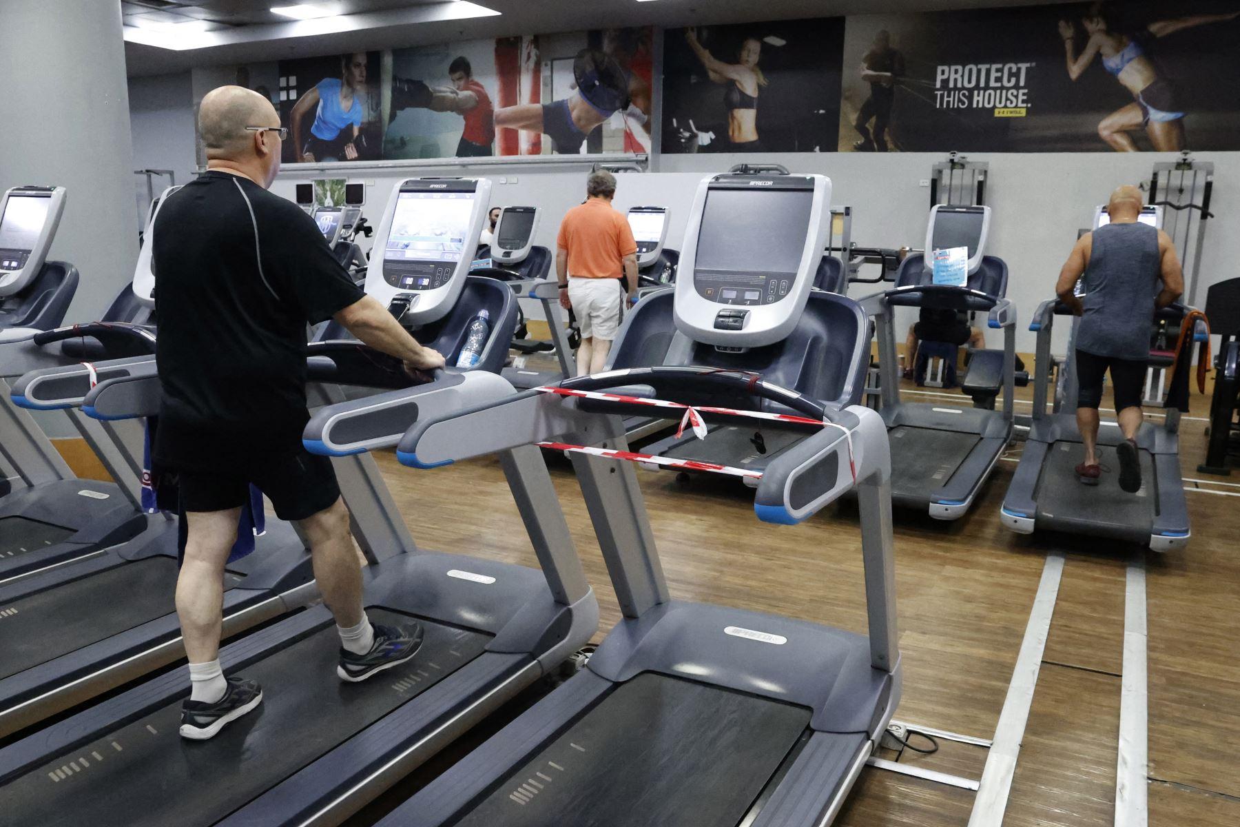 Las personas hacen ejercicio en un gimnasio en la ciudad costera israelí de Netanya el 21 de febrero de 2021, luego que el país se diera paso hacia la normalidad, reabriendo una serie de negocios y servicios. Foto: AFP