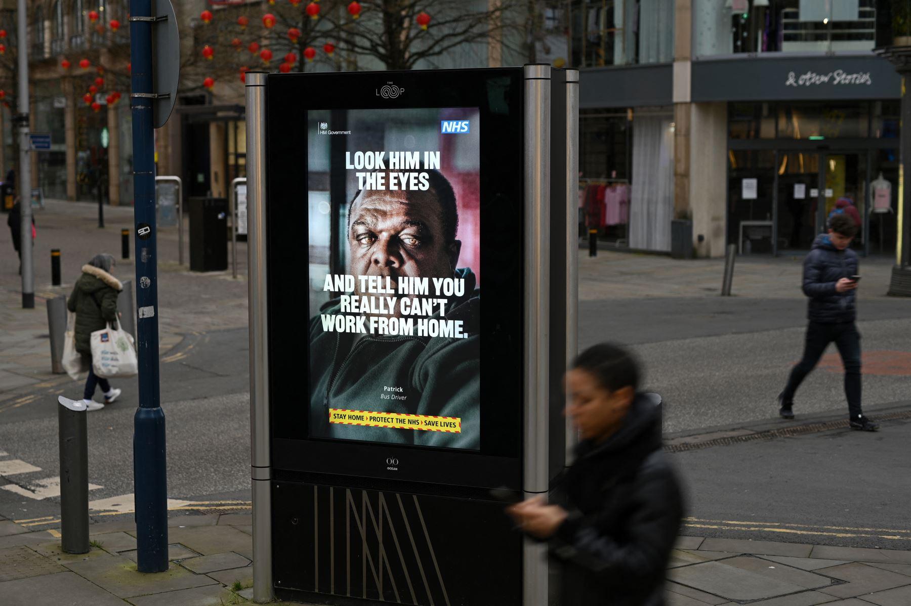 Un póster de información del Gobierno Covid-19 se exhibe en Manchester, norte de Inglaterra, el 19 de febrero de 2021, mientras la vida continúa bajo el tercer bloqueo del coronavirus. Foto: AFP