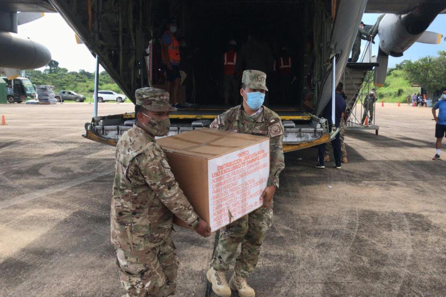 Las FF.AA y el Indeci Perú unen esfuerzos  para el traslado de 6 toneladas de ayuda humanitaria, pruebas covid-19 y apoyo asistencial a la población de Madre de Dios, afectada por las inundaciones a causa de las fuertes lluvias que azotan esta parte del país. Foto: @CCFFAA_PERU